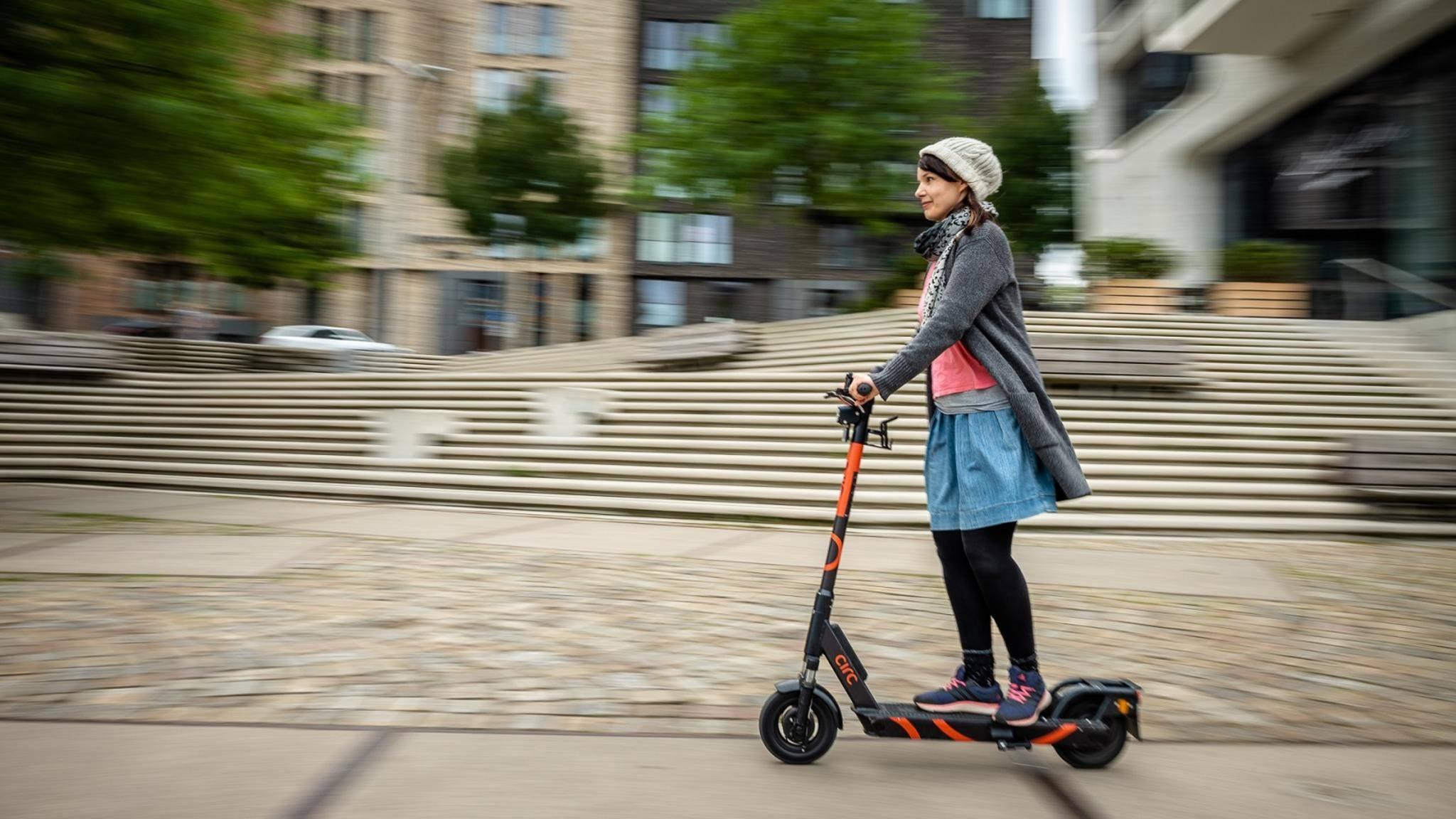 Mit E-Scooter in der Stadt unterwegs
