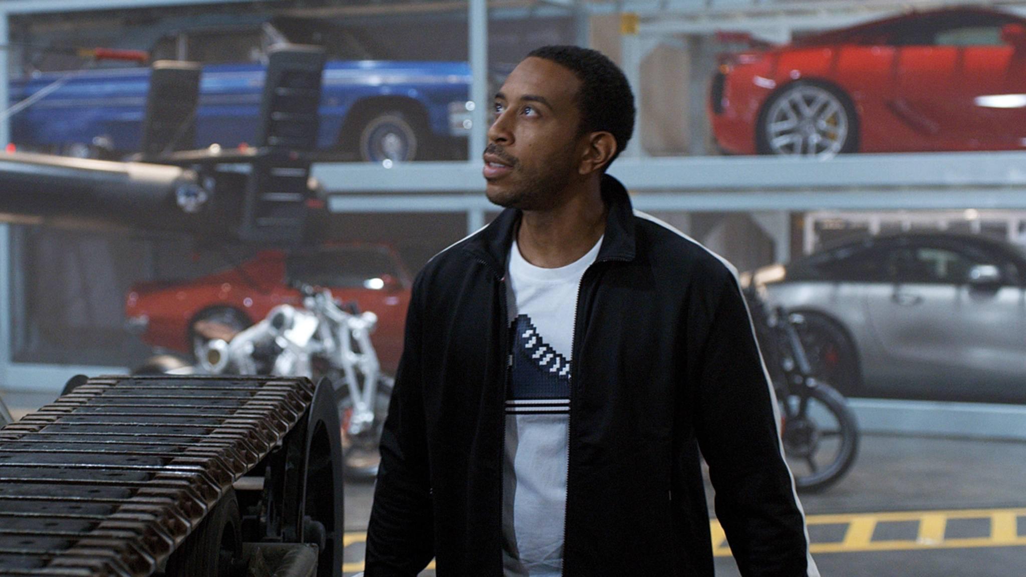 Ludacris scheint sich über den Neuankömmling am Set zu freuen.
