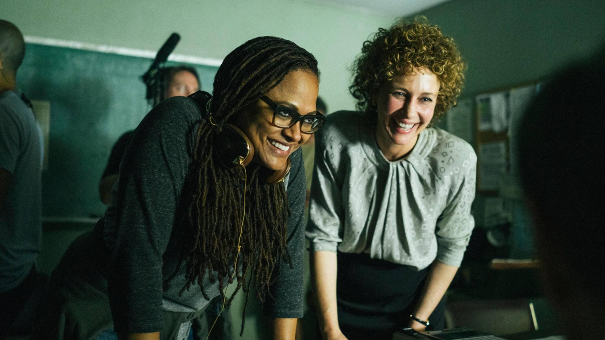 """Regisseurin Ava DuVernay und Schauspielerin Vera Farmiga am Set der Serie """"When They See Us"""""""