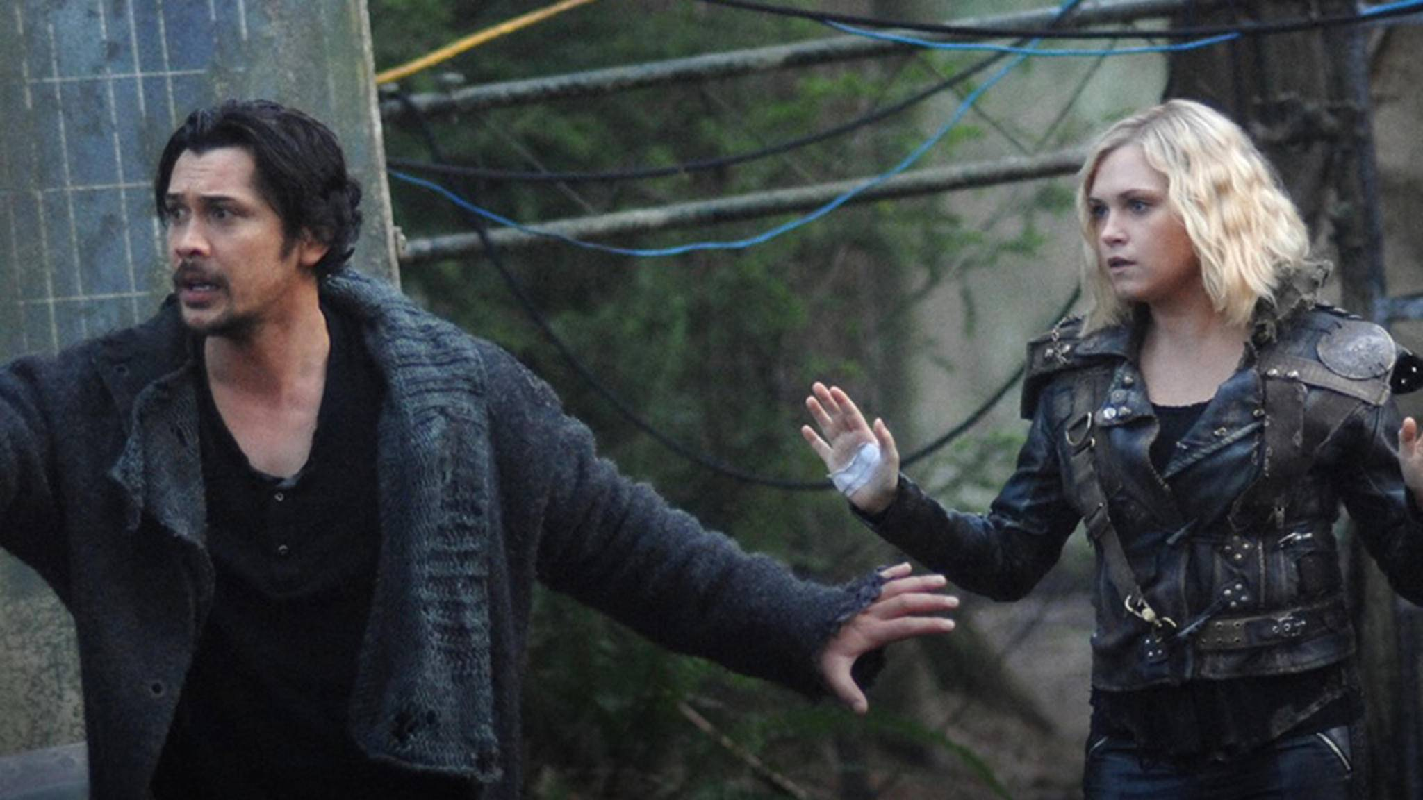 "Bob Morley und Eliza Taylor in ""The 100"""