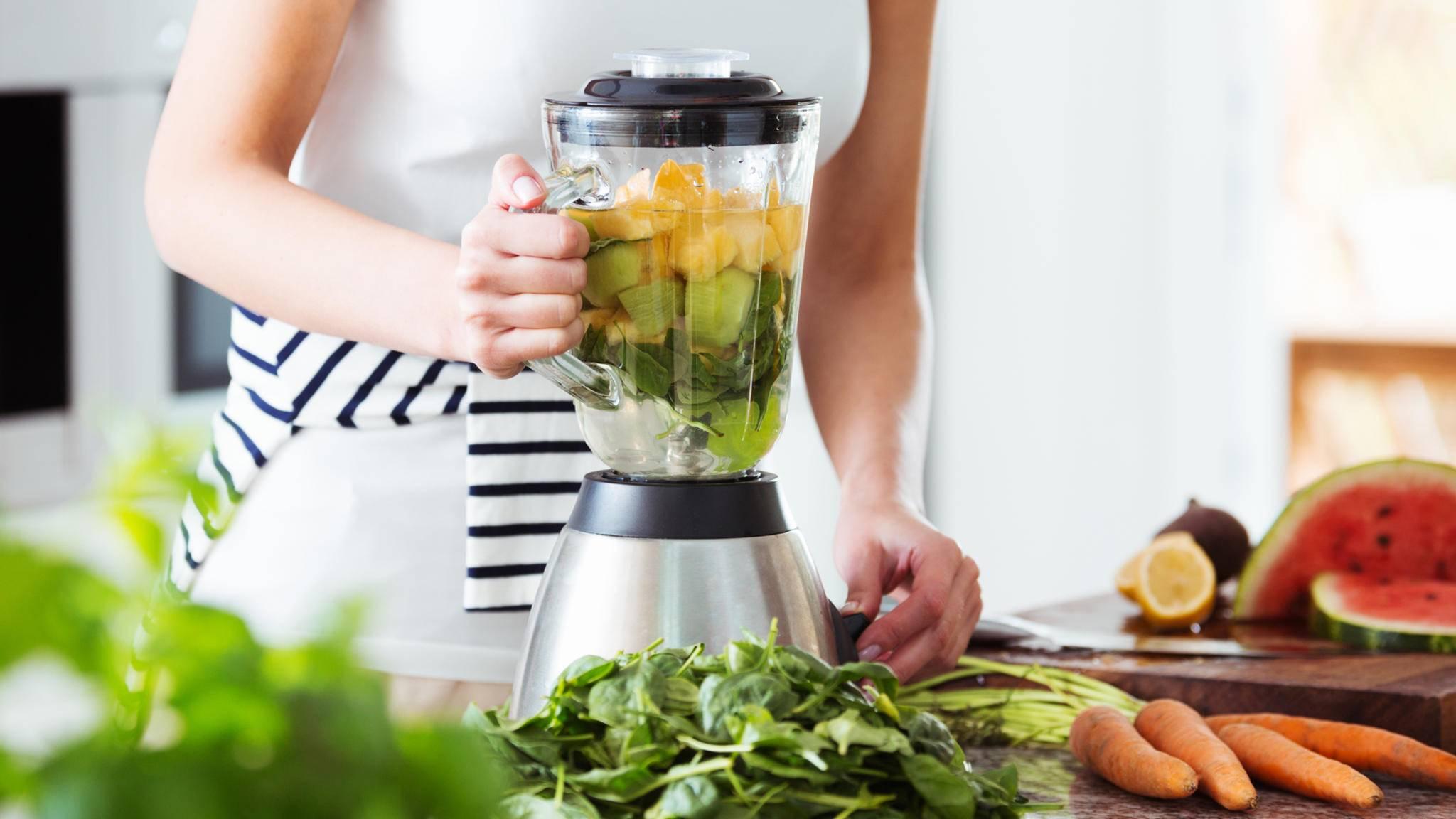 standmixer küche küchenplatte obst gemüse frau