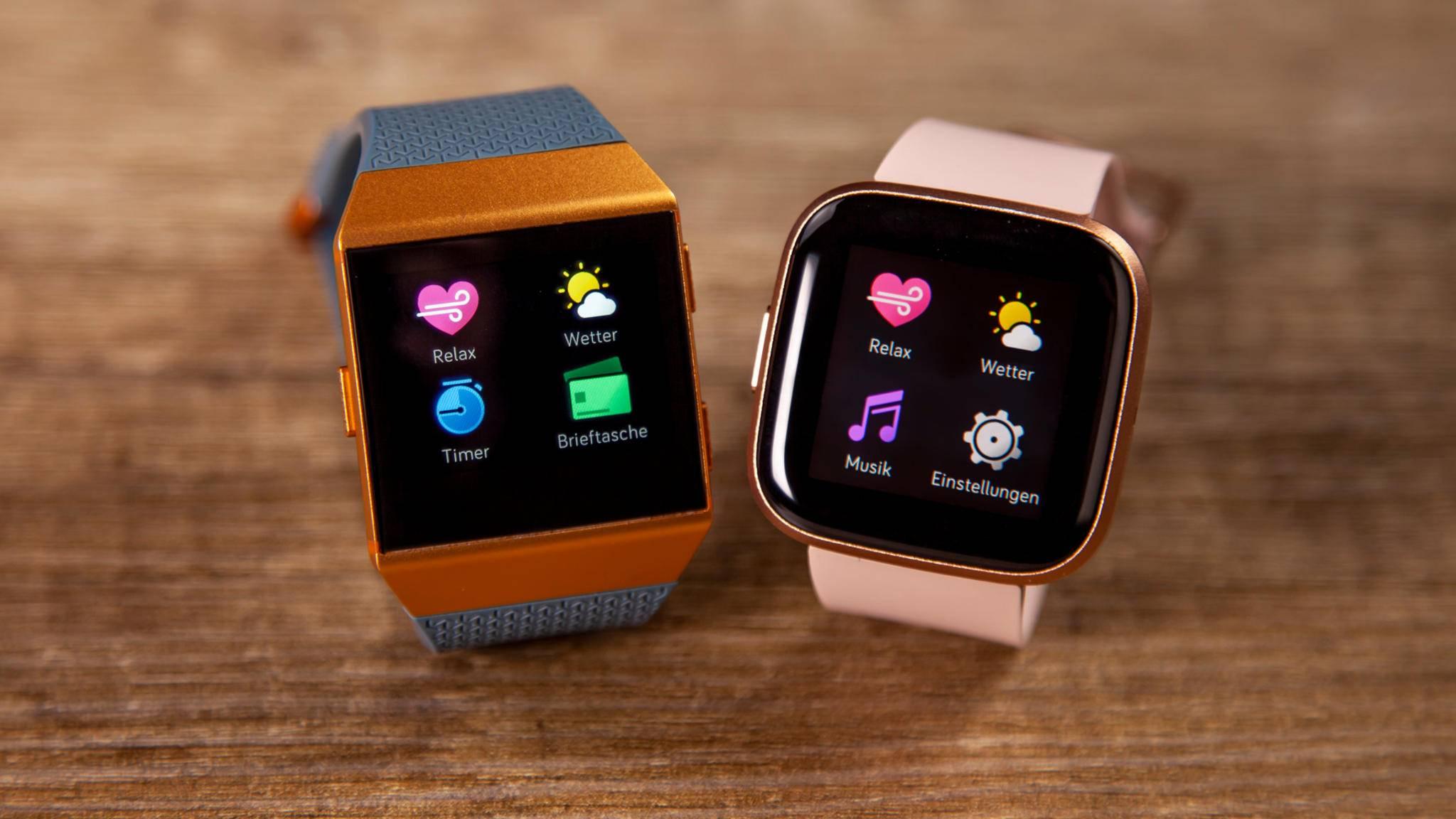 Duell der Smartwatches: Die Fitbit Ionic (links) tritt gegen die Fitbit Versa 2 (rechts) an.