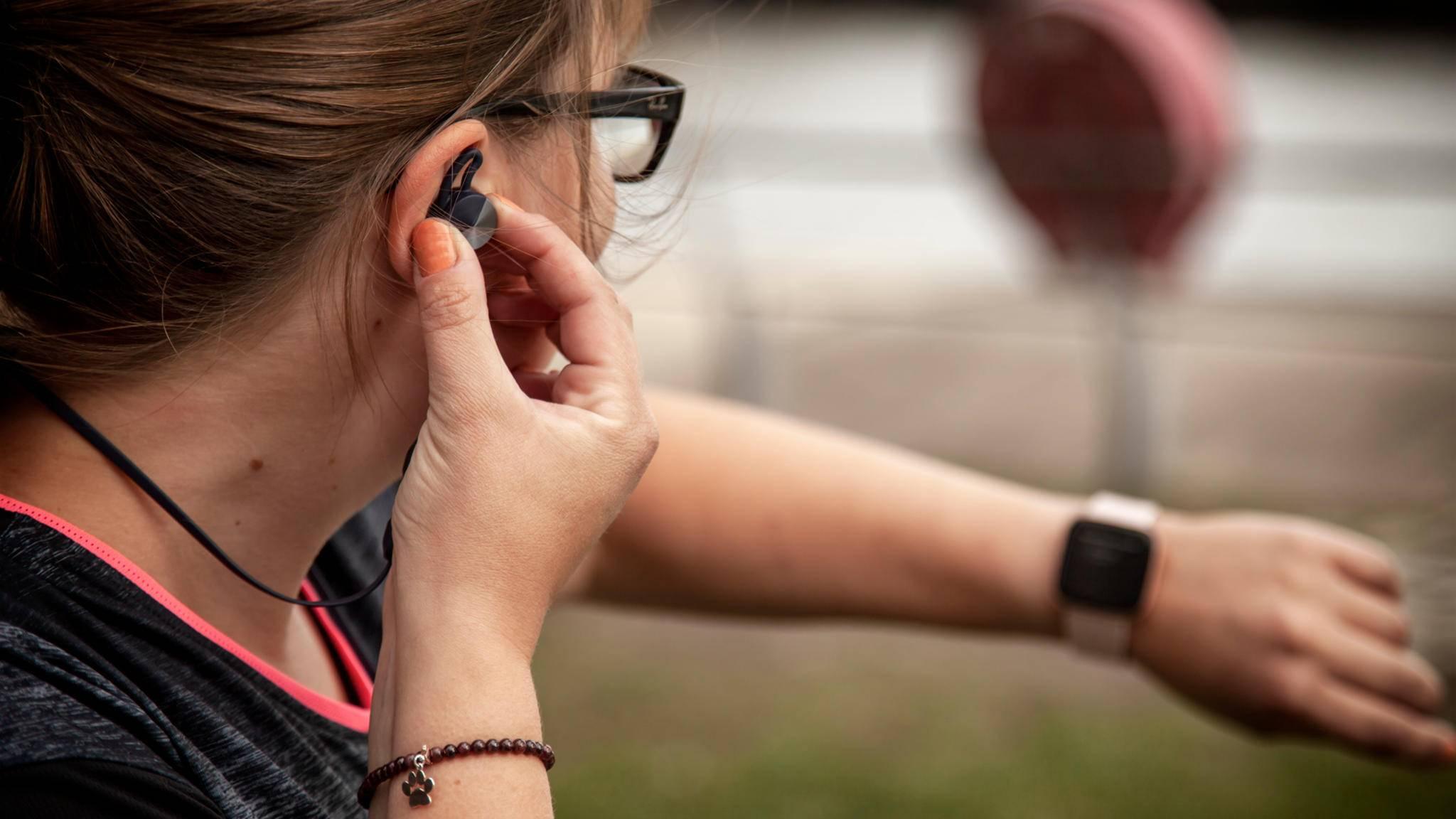 Die neue Smartwatch Fitbit Versa 2 ist da – und wir haben sie getestet.