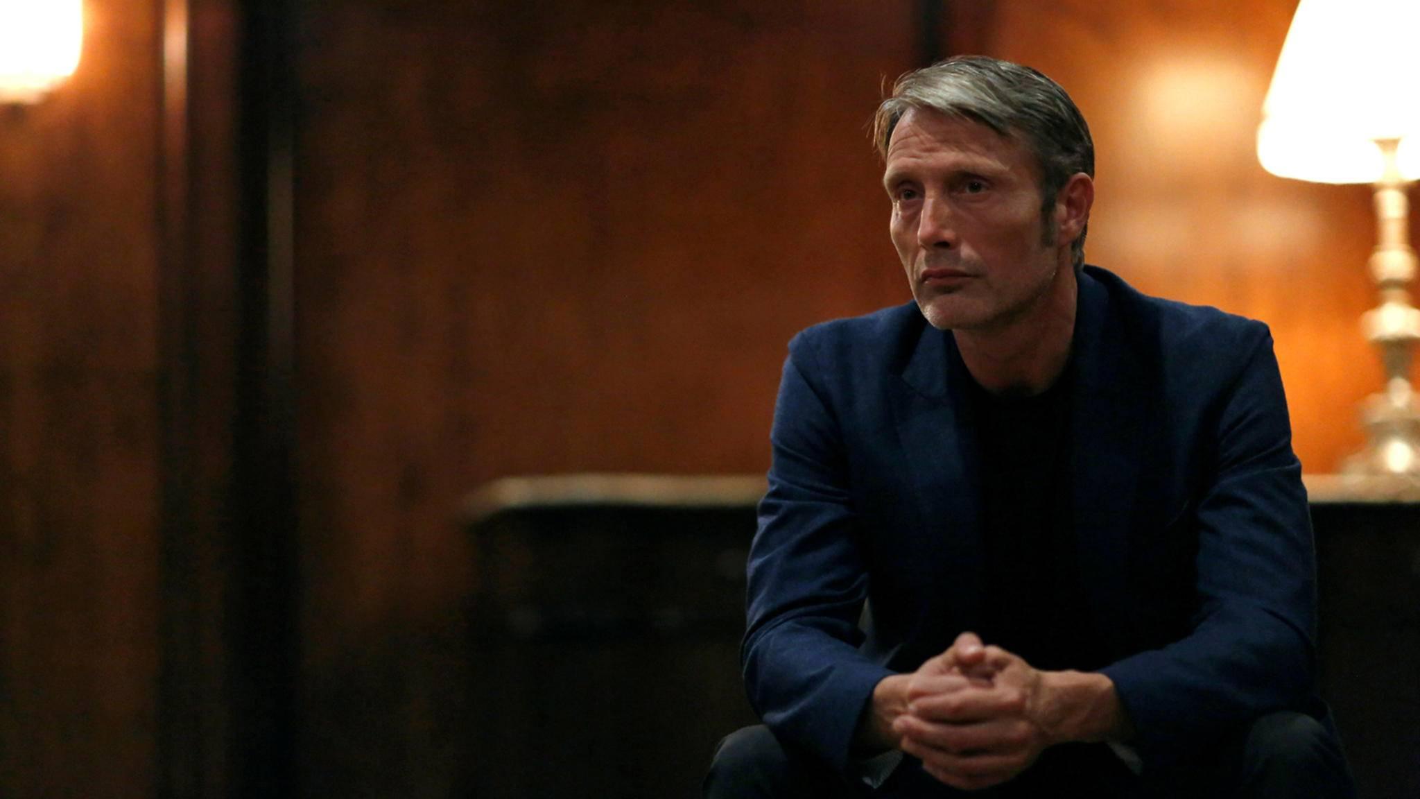 Als dänischer Journalist reist Mads Mikkelsen bald mit seiner Filmtochter durch die USA.