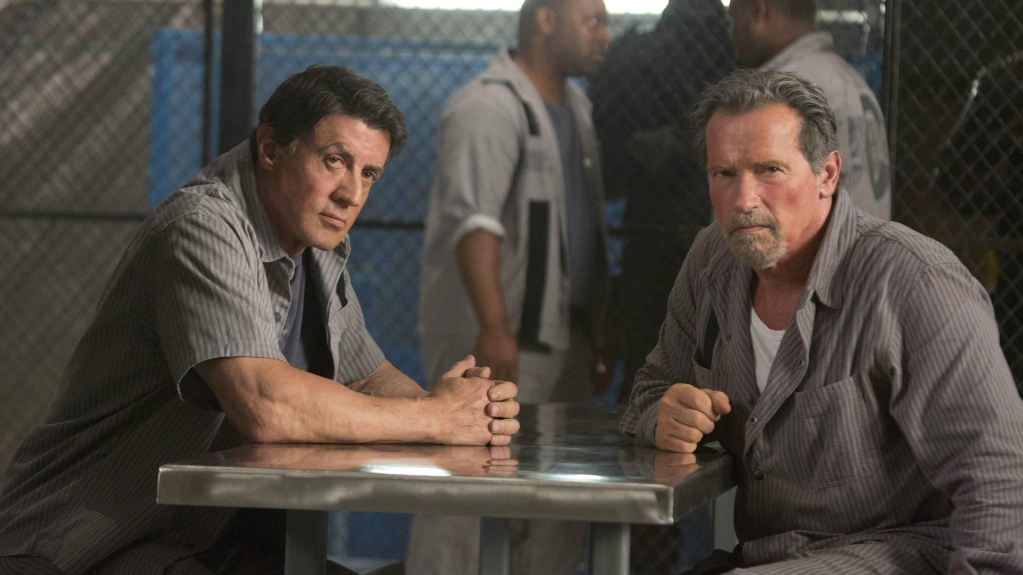 Sylvester Stallone und Arnold Schwarzenegger stellen sich einem ungewöhnlichen Größenvergleich.