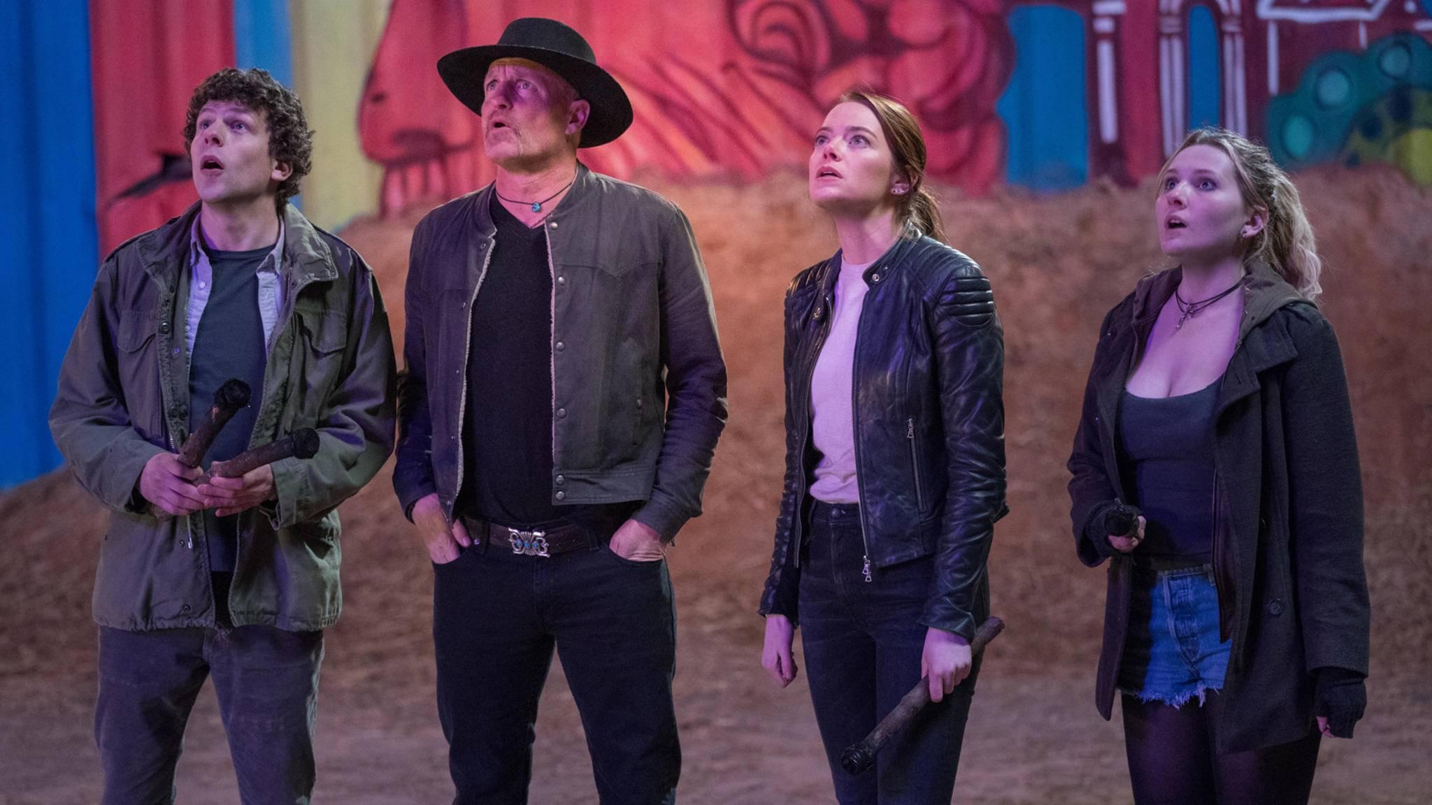 Columbus (Jesse Eisenberg), Tallahassee (Woody Harrelson), Wichita (Emma Stone) und Little Rock (Abigail Breslin) in Sony Pictures' ZOMBIELAND: DOPPELT HÄLT BESSER.