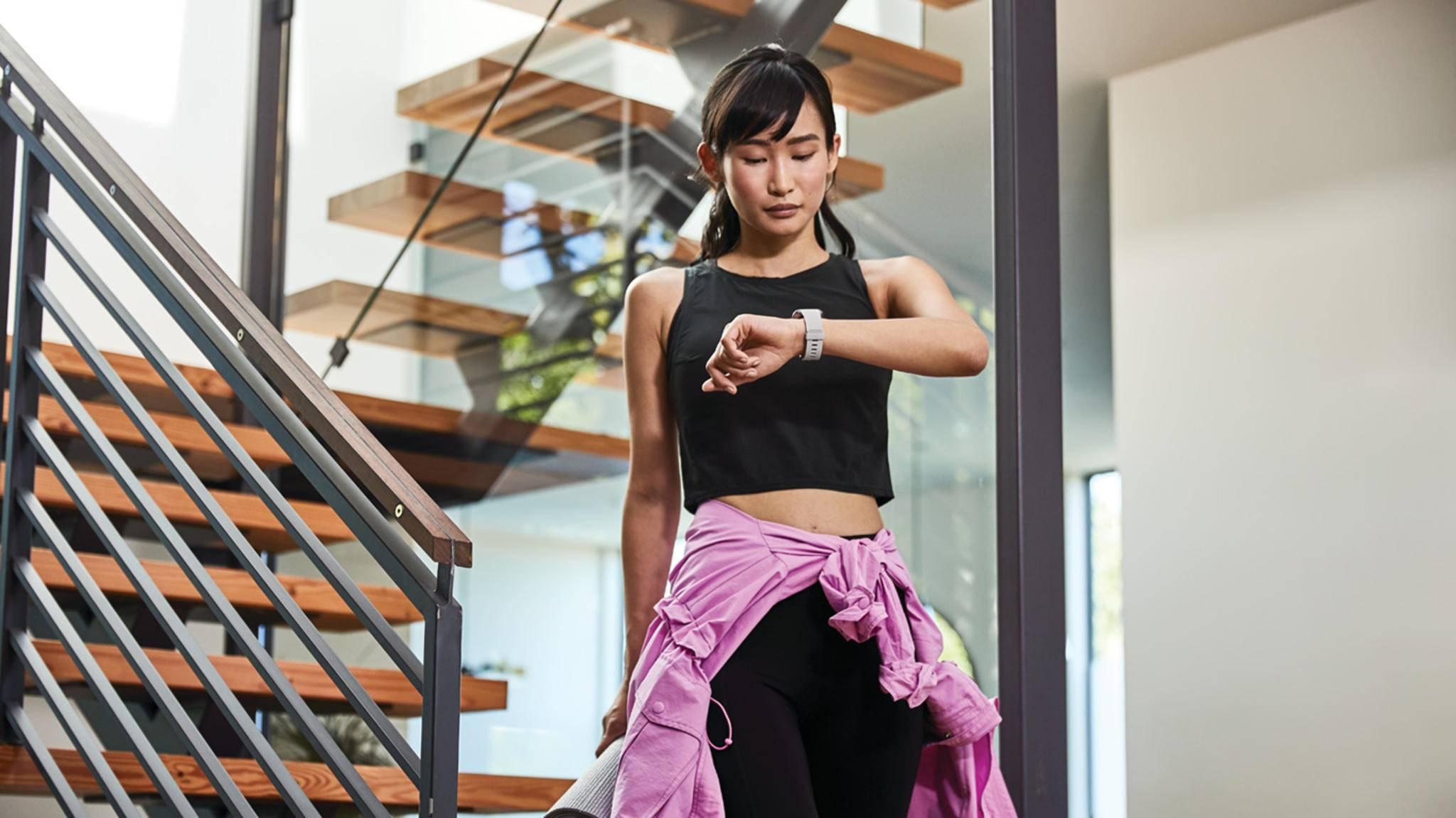 Fitbit Versa 2 treppe frau