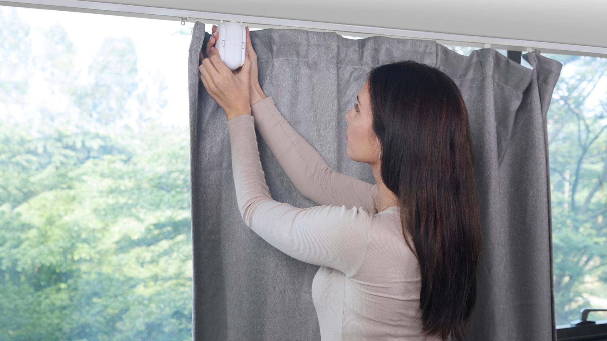 Dank SwitchBot Curtain kannst Du künftig bequem auf dem Sofa liegen bleiben und das Gadget Deine Vorhänge aufziehen lassen.