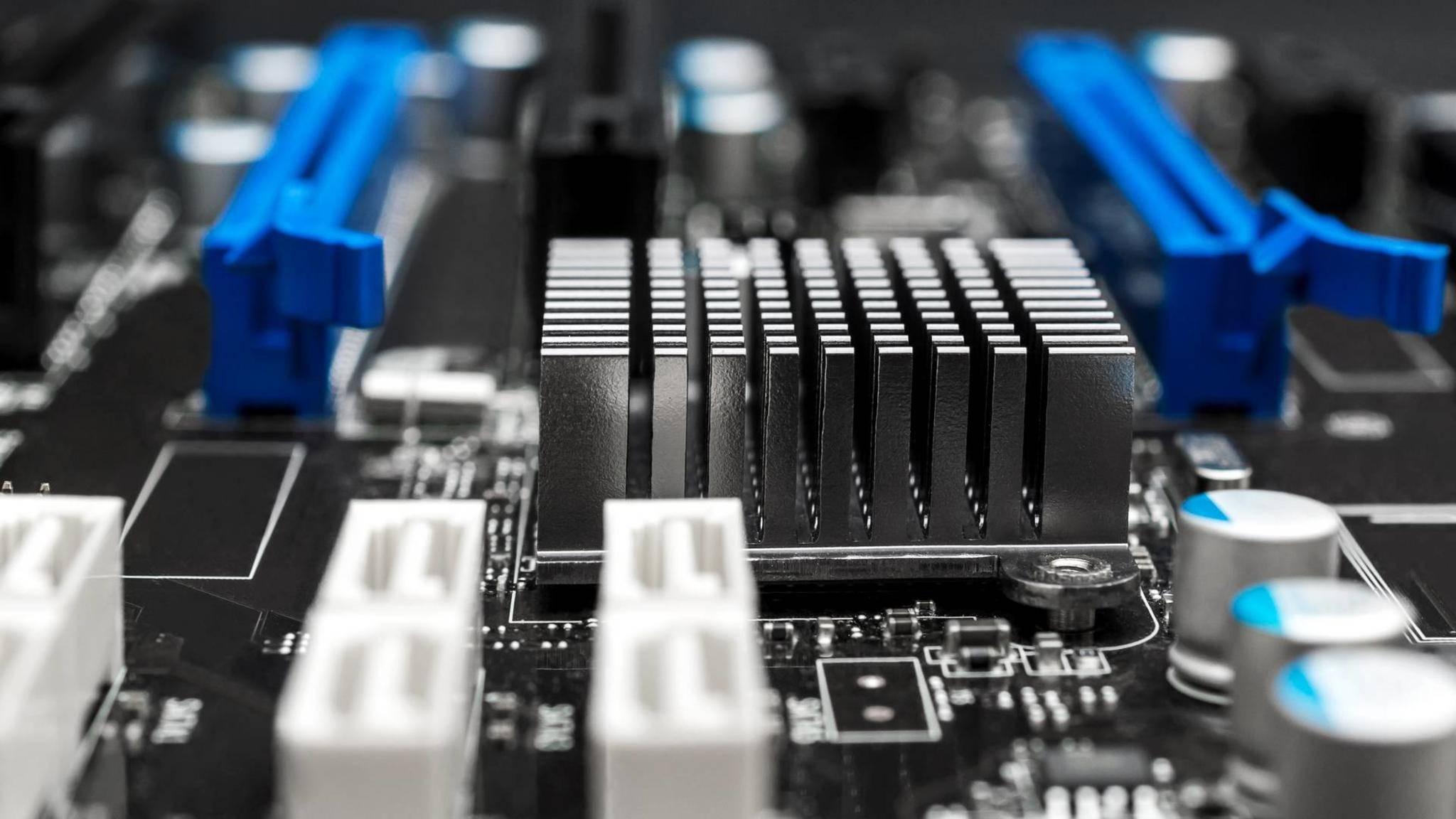 Du kannst leicht herausfinden, welches Mainboard in deinem Rechner steckt.