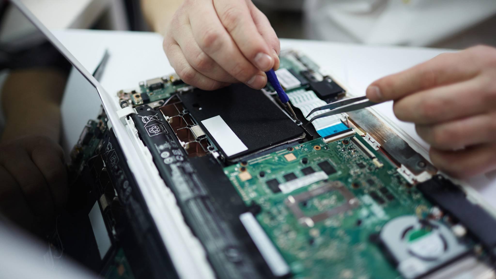 mann-repariert-baut-laptop-notebook