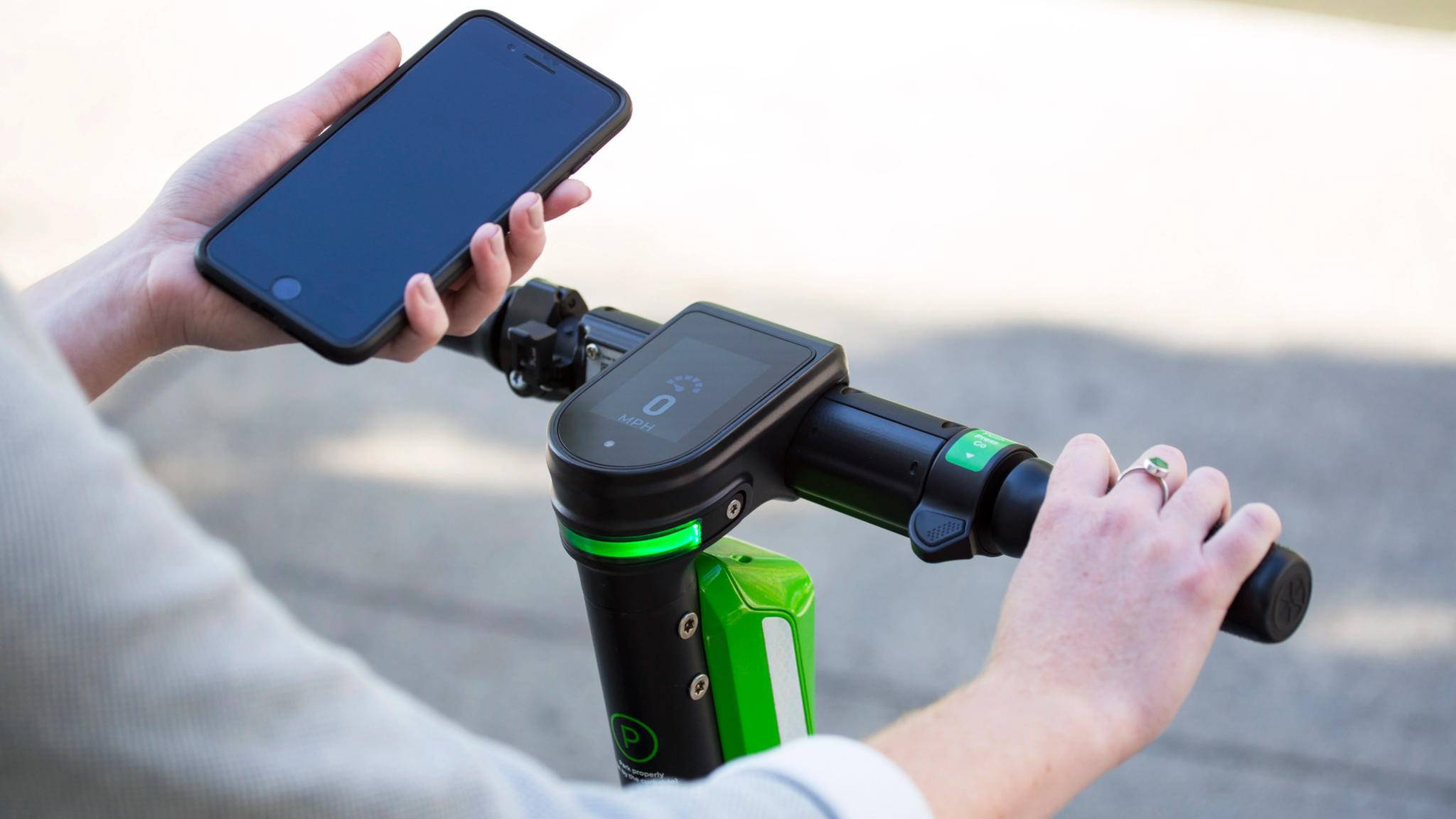 lime-e-scooter-smartphone