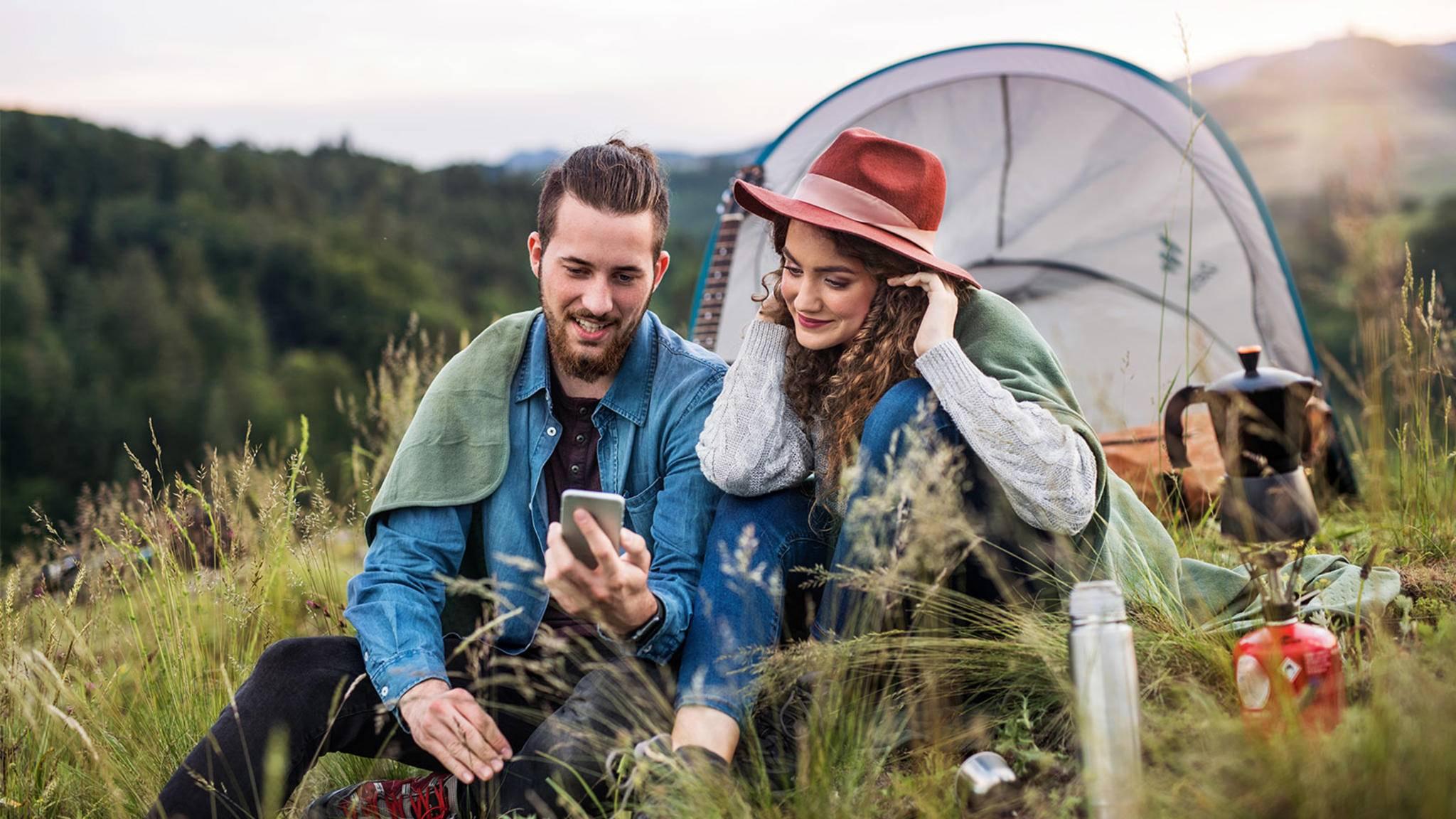 Paar beim Camping mit Barometer Apps