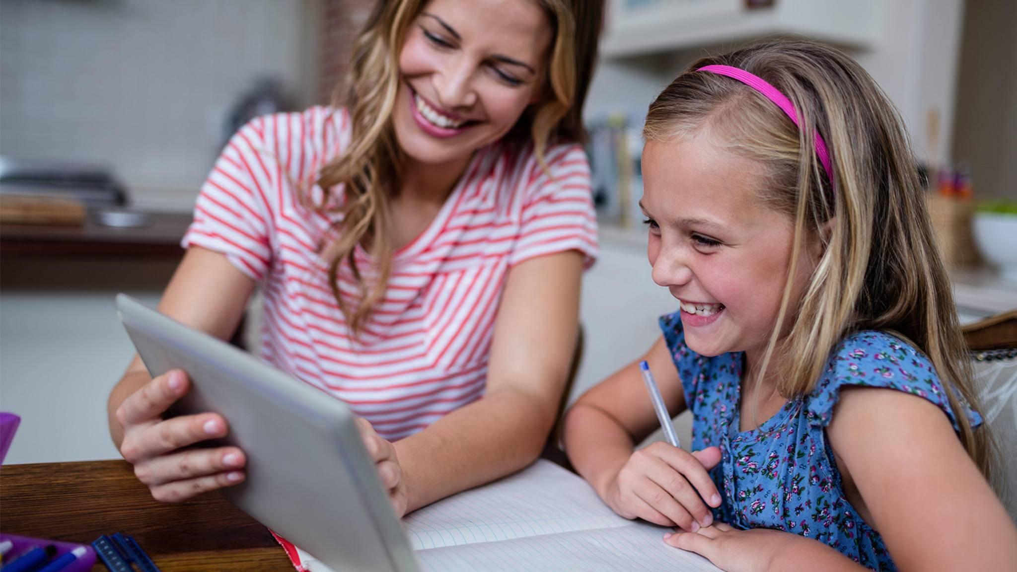 Mutter und Tochter lernen mit Tablet