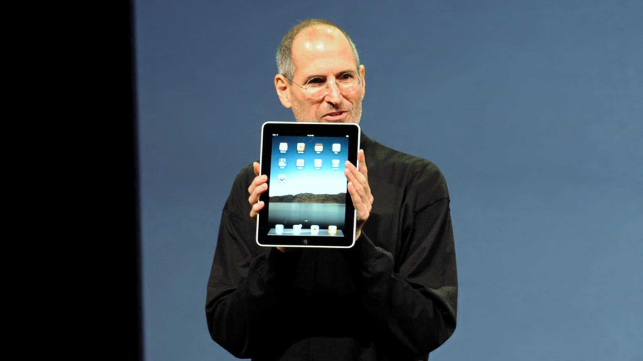 Steve Jobs mit erstem iPad