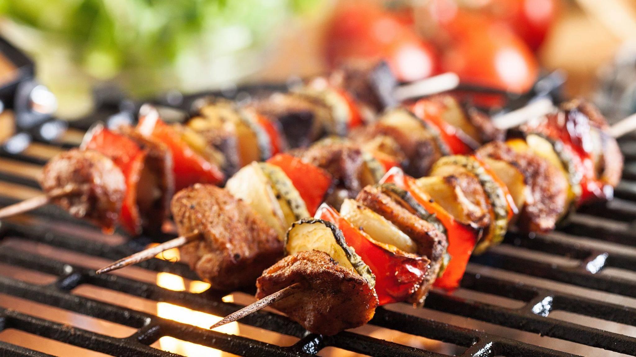 grillen-holzkohlegrill-schaschlik