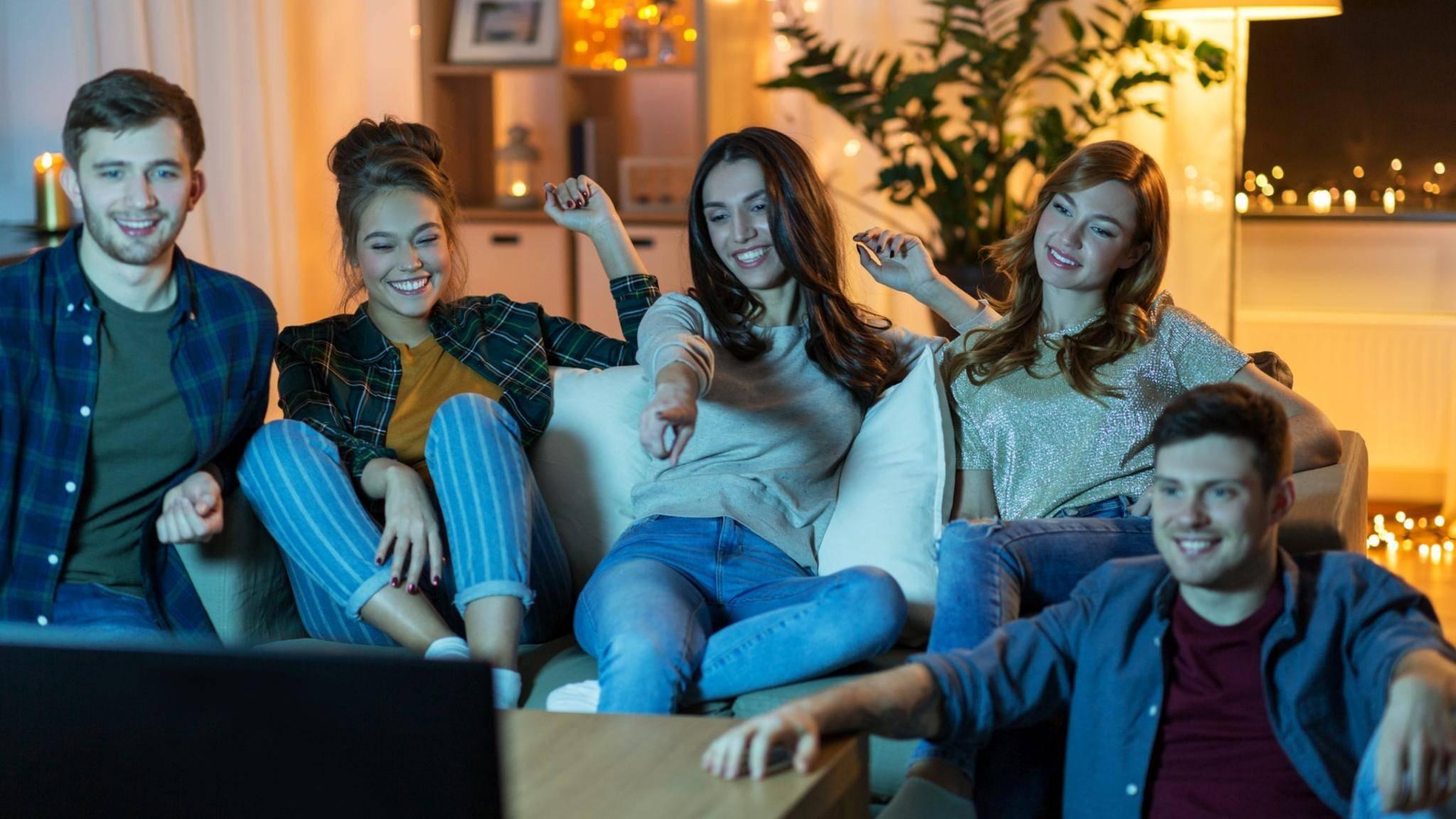 freunde schauen abends tv fernsehen an
