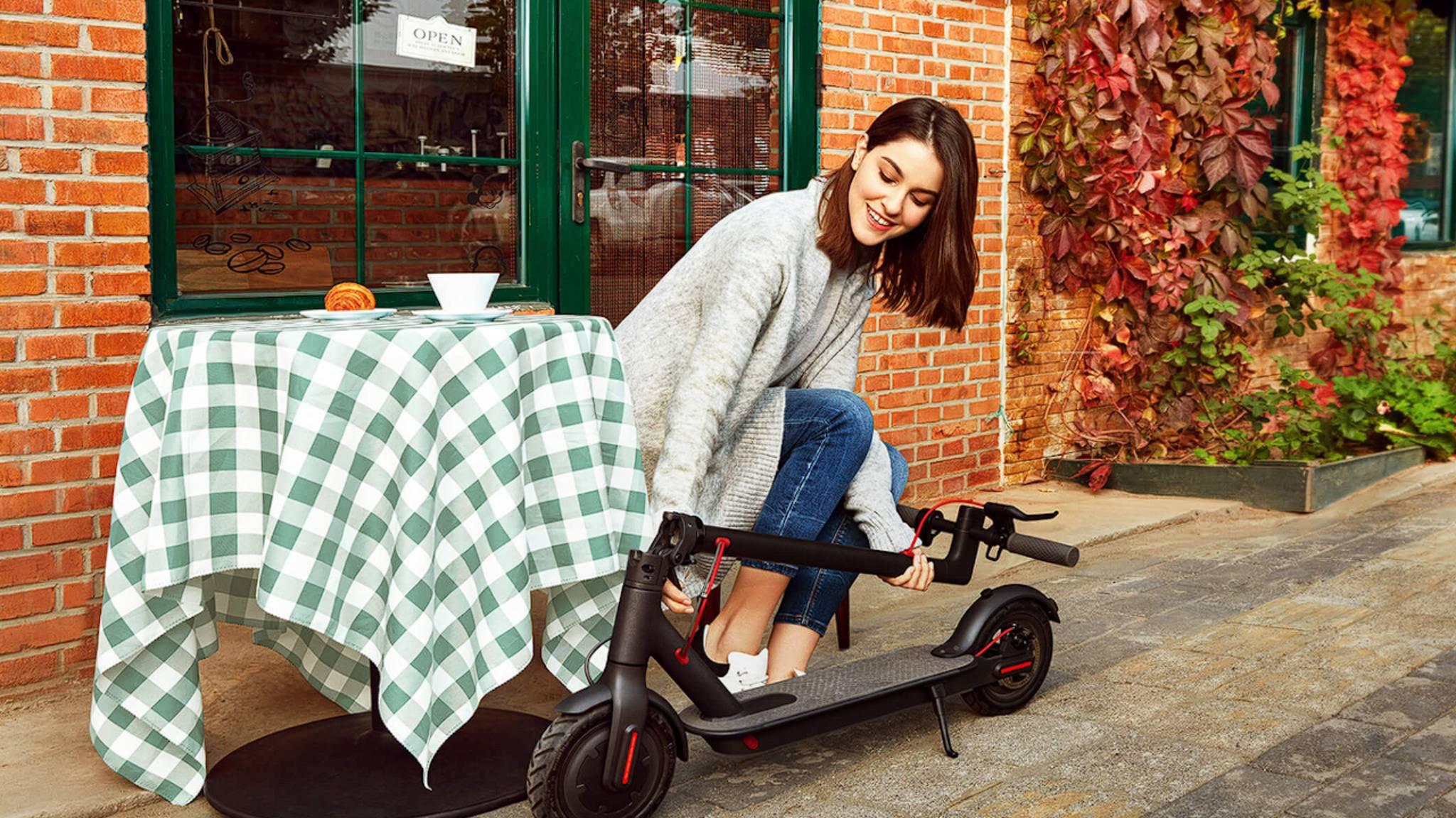 xiaomi-mi-scooter-frau-cafe
