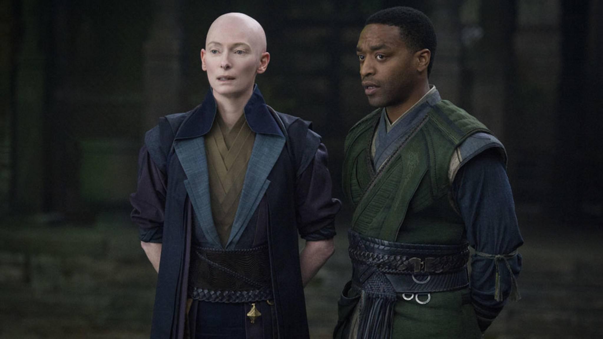 Tilda Swinton und Chiwetel Ejiofor in Doctor Strange