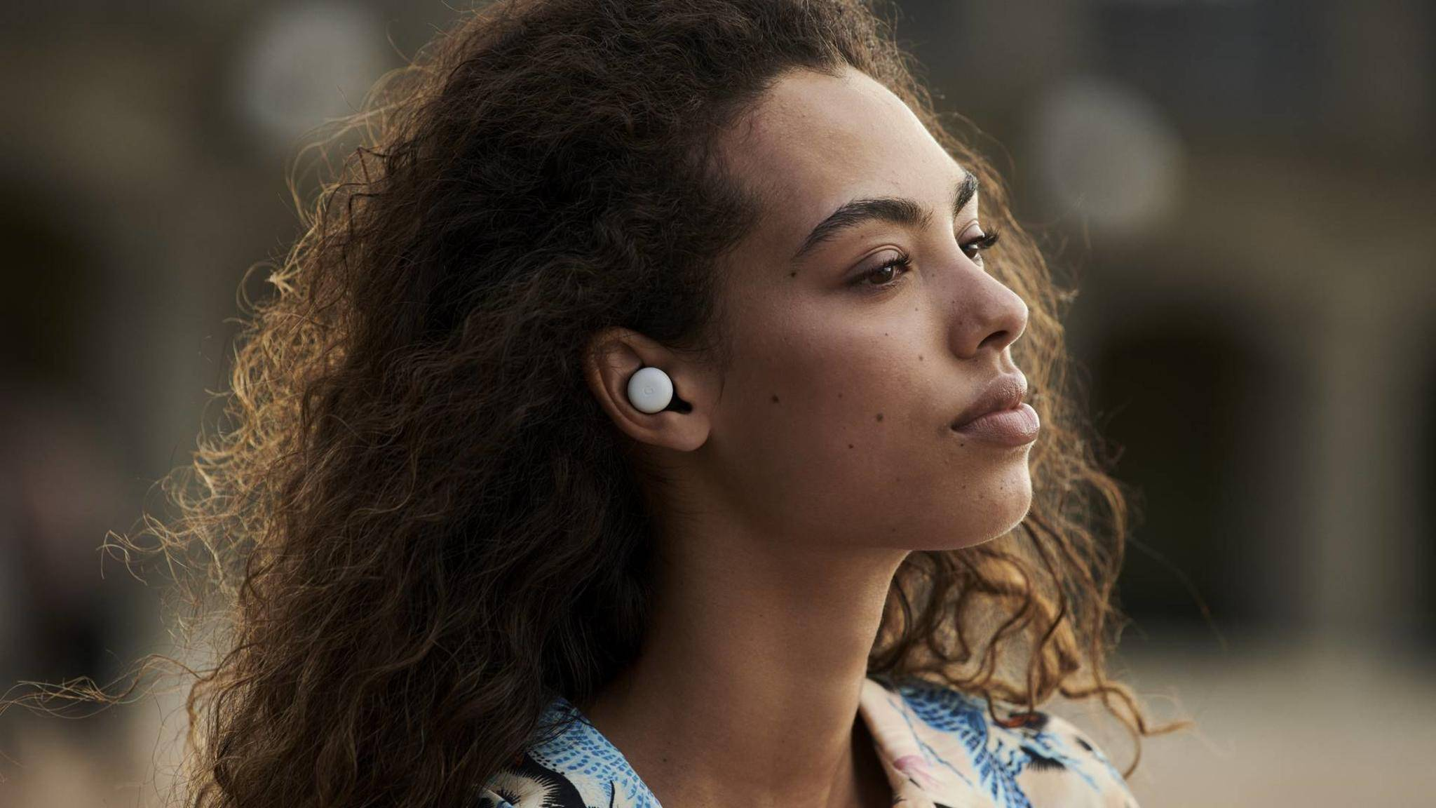 Google-Pixel-Buds-2-Lifestyle-01