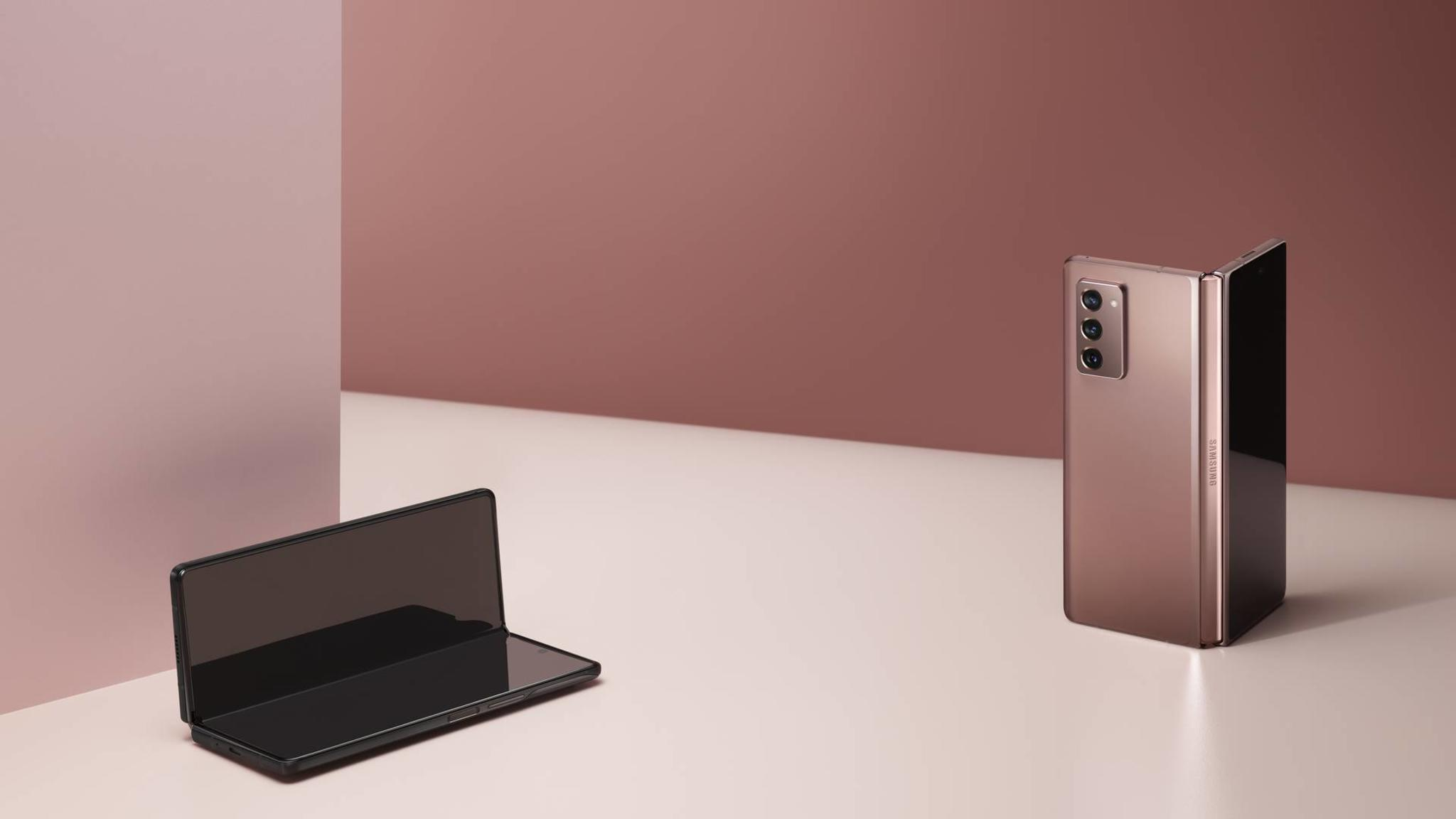 Samsung-Galaxy-Z-Fold-2-Lifestyle-01
