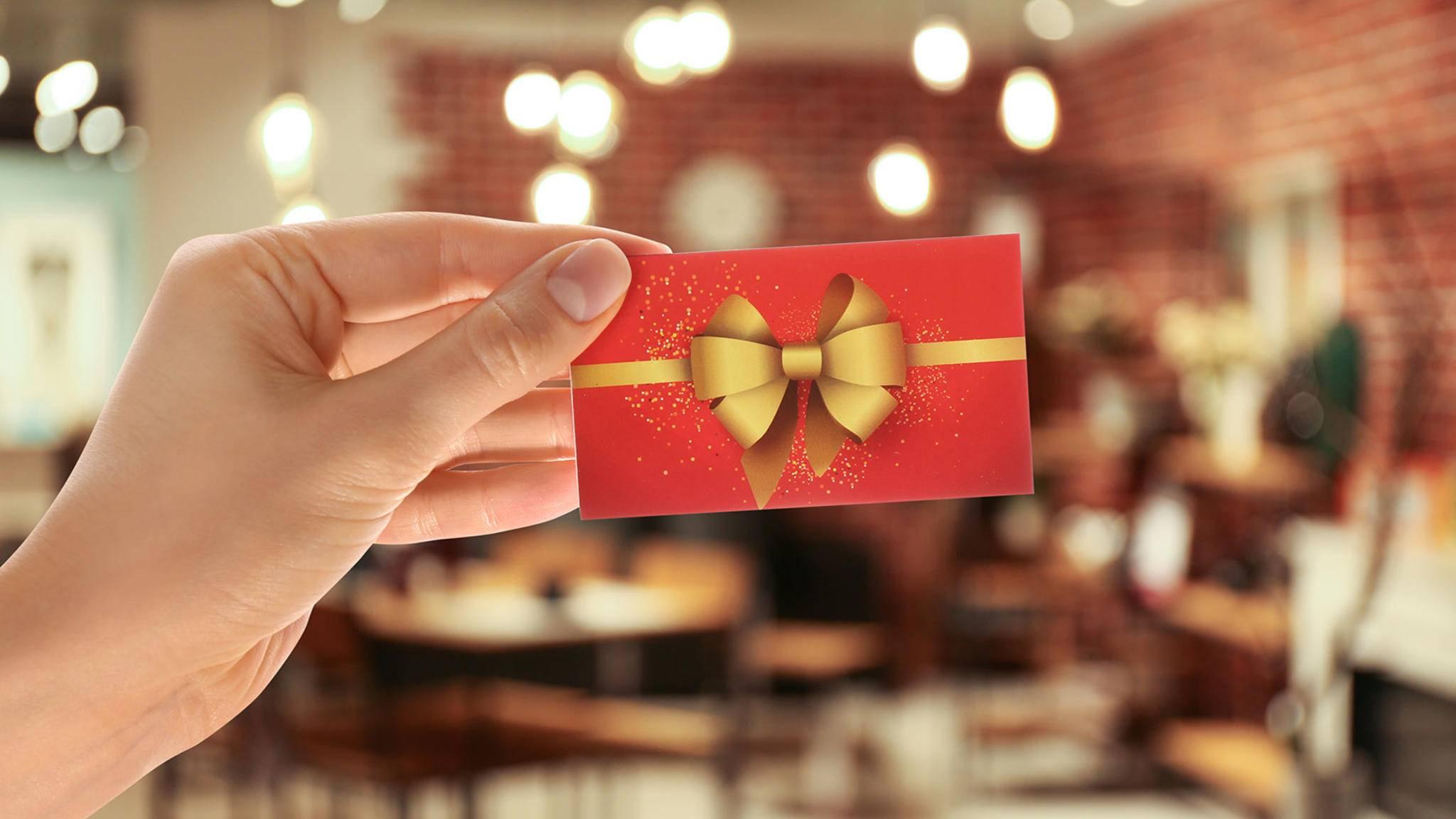 Ein Gutschein eignet sich hervorragend als Geschenk unter dem Weihnachtsbaum.