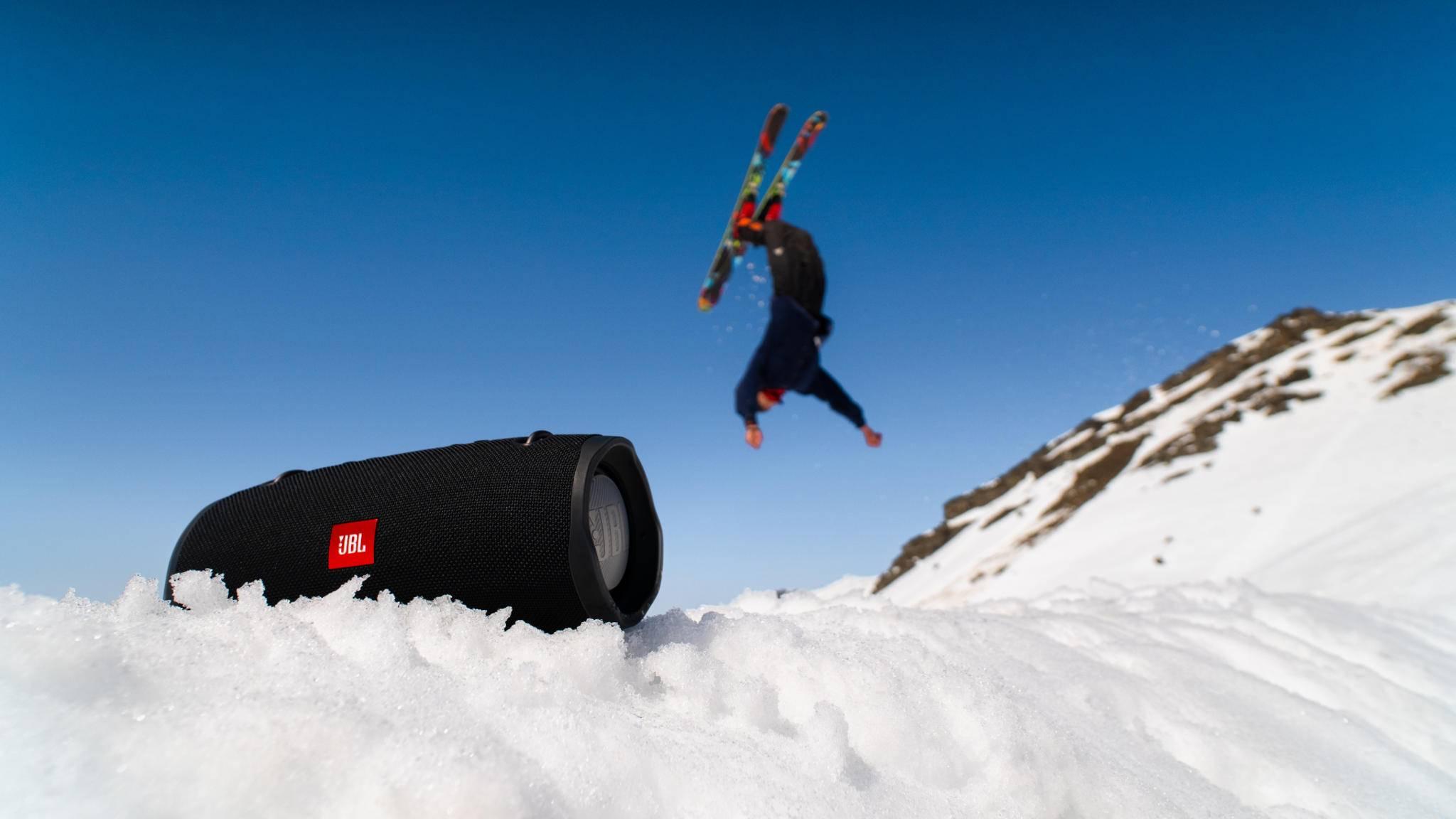 jbl-xtreme-2-schnee-skifahrer-salto