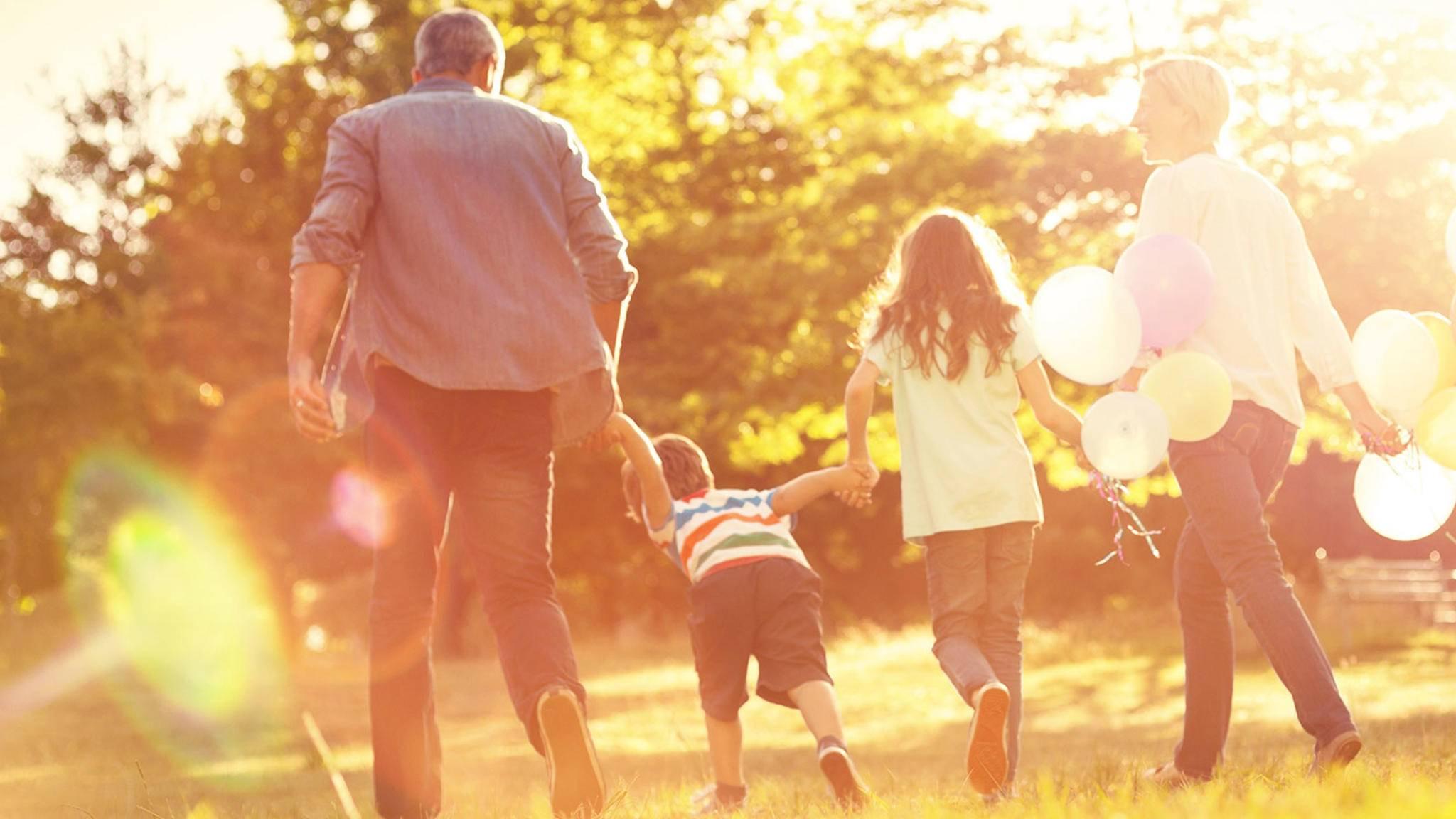 Eine Familie im Sonnenlicht mit starken Lens Flares.