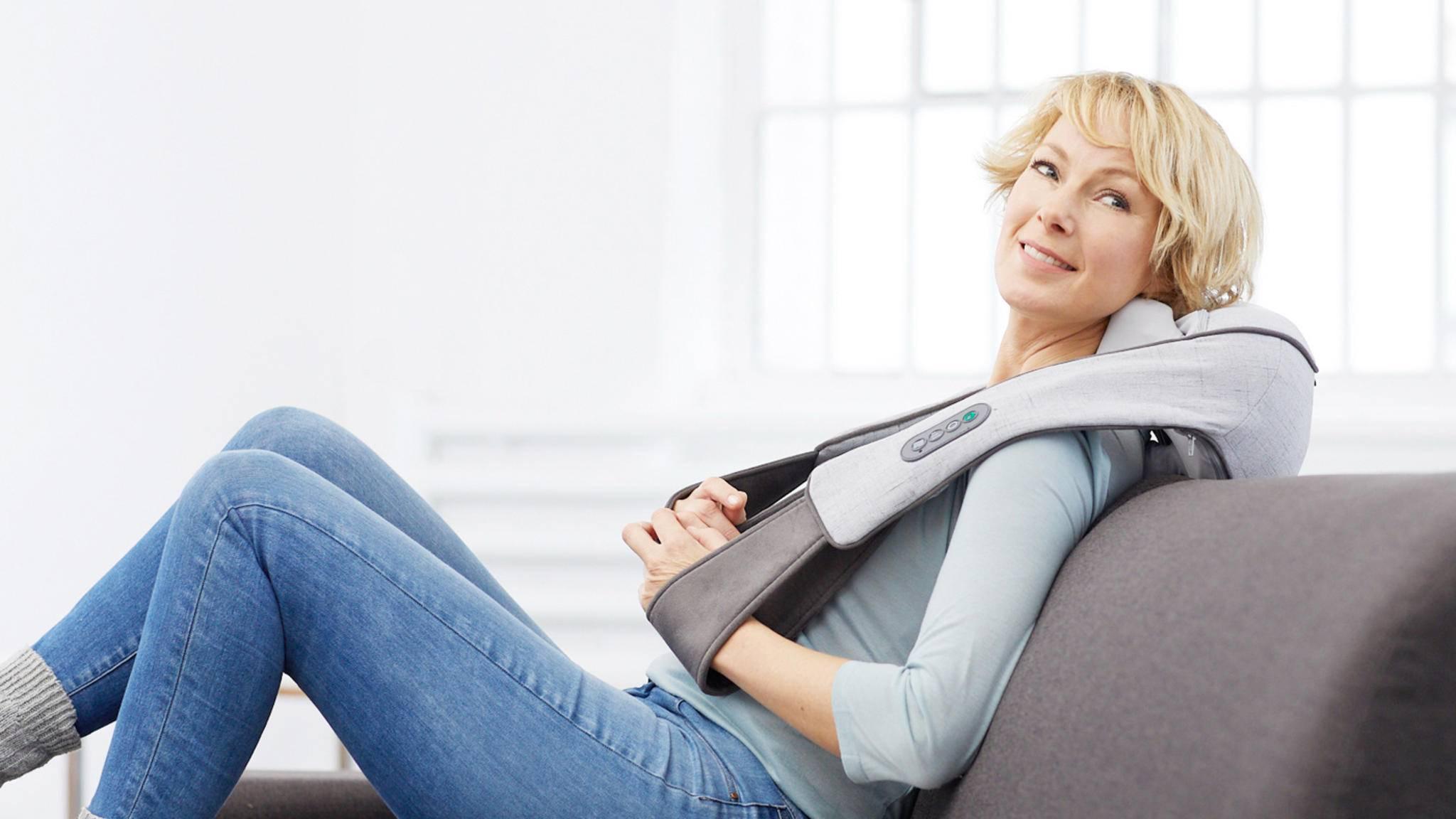 Ein gutes Nackenmassagegerät beschert Dir eine kräftige Knetmassage in den eigenen vier Wänden.