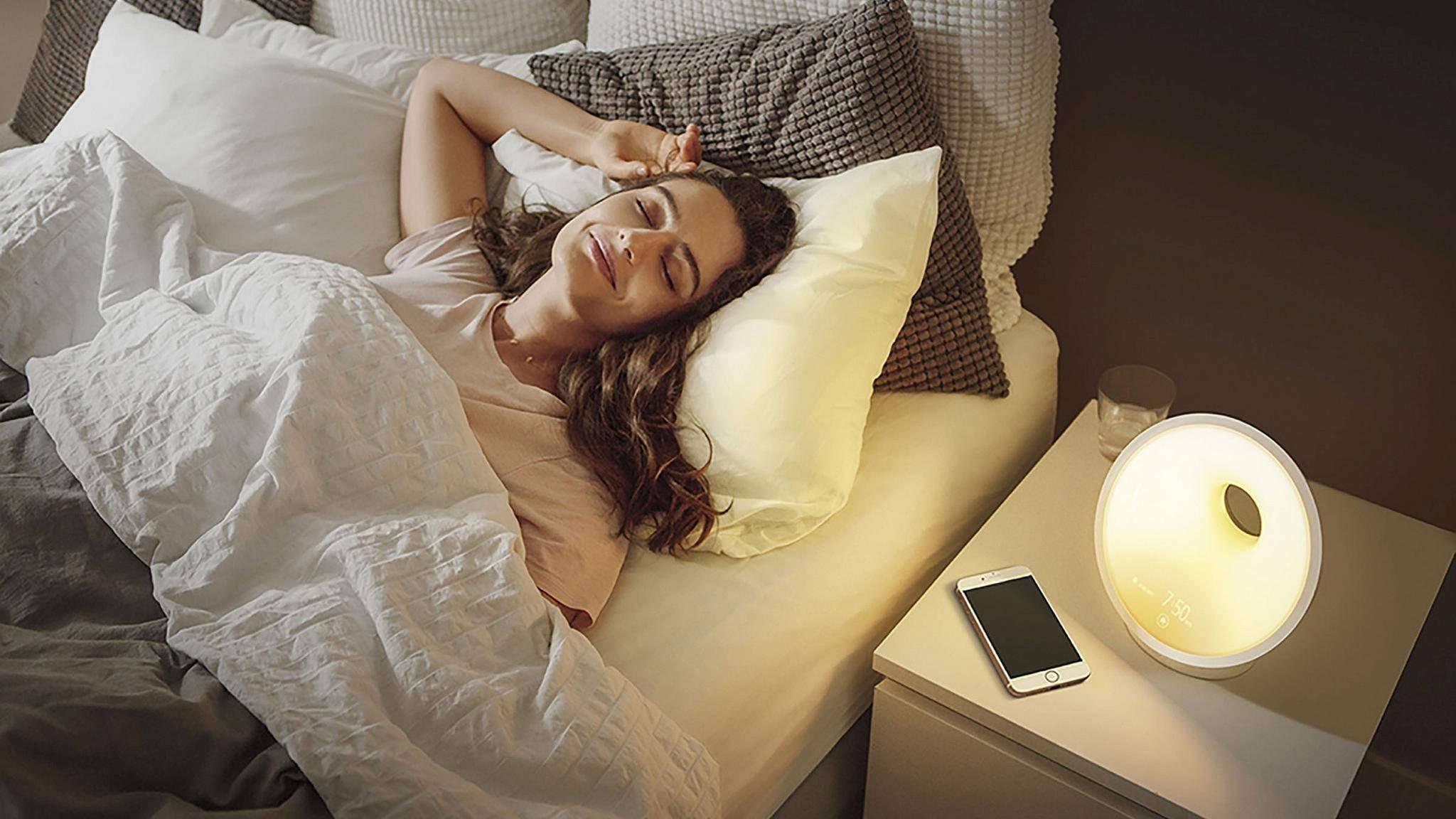 philips-wake-up-light-lifestyle-bett-smartphone