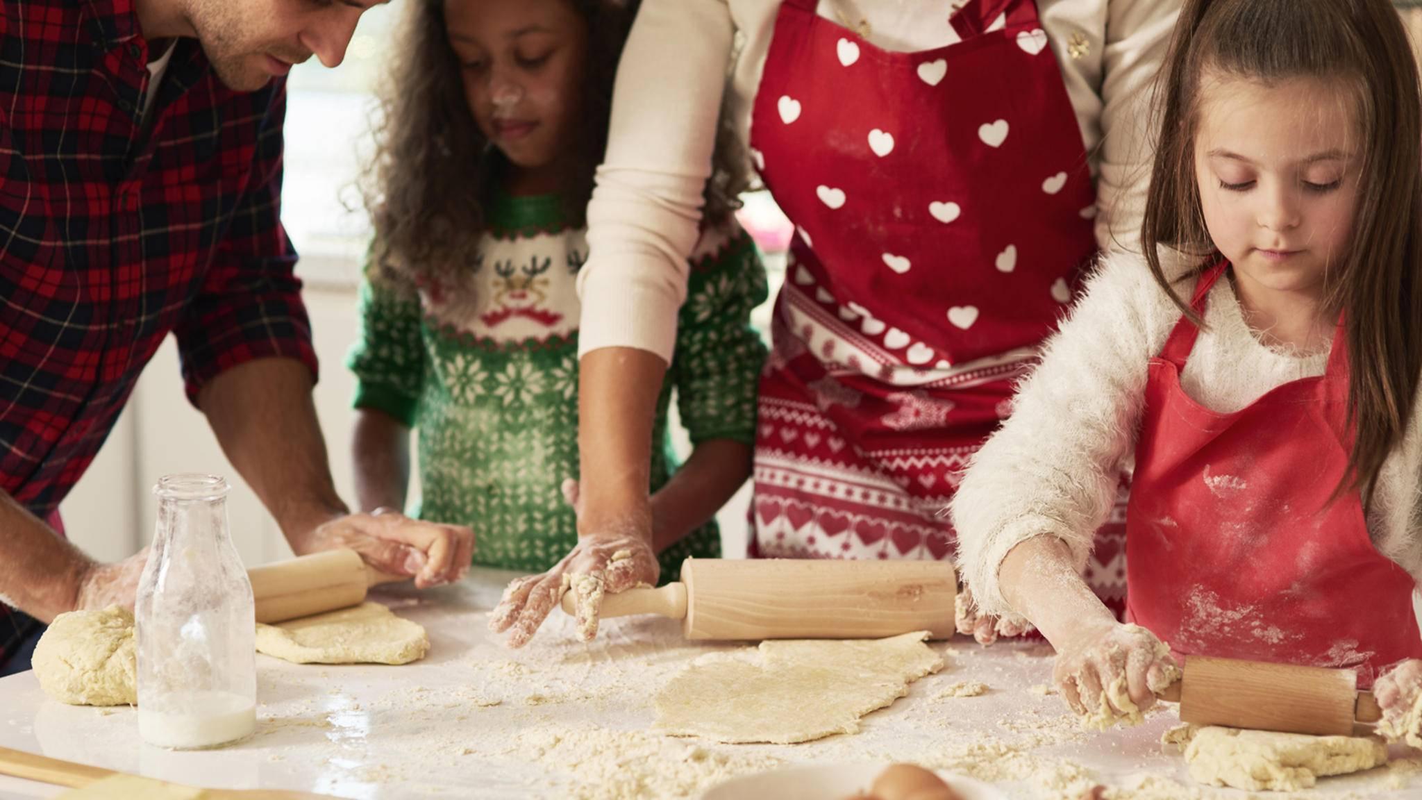 plätzchen backen weihnachten familie
