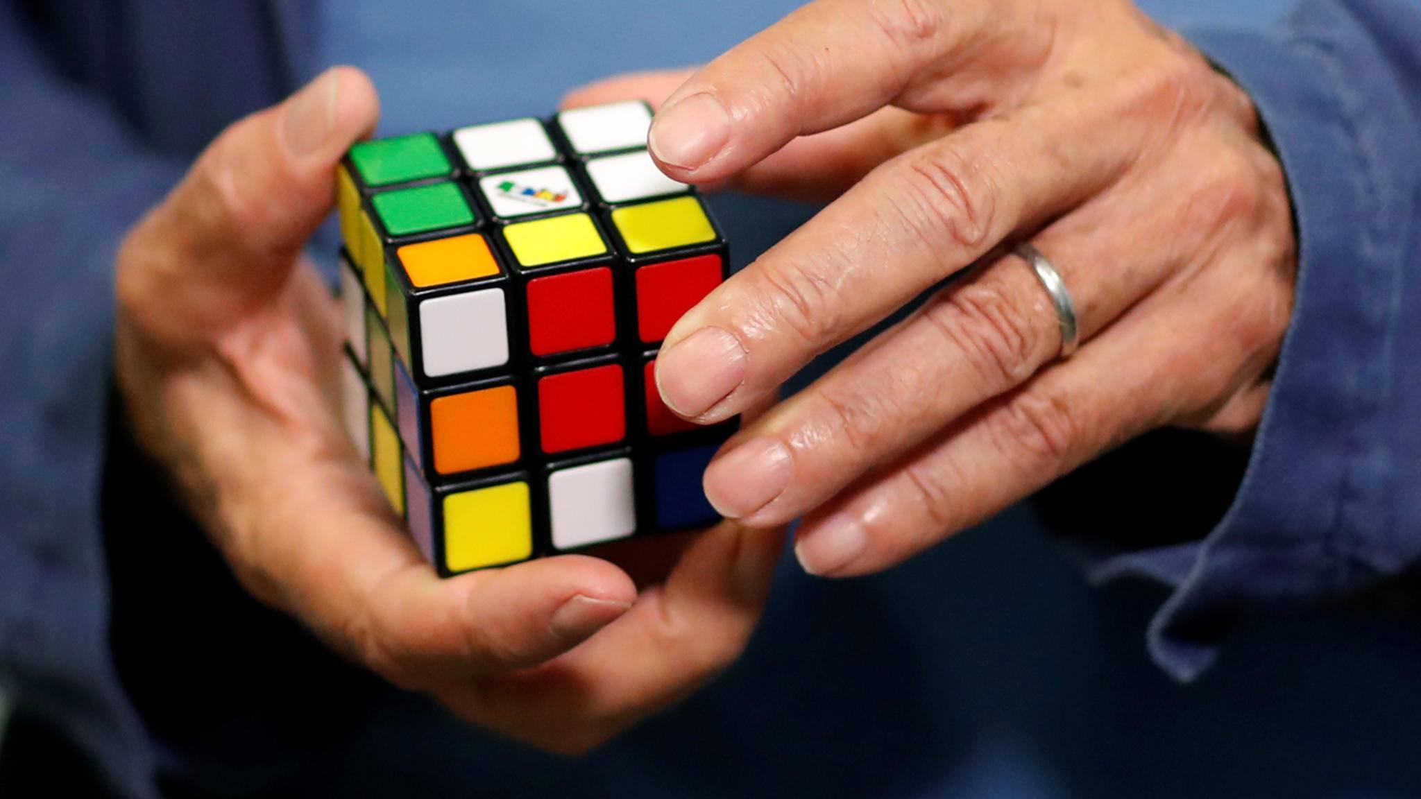 Erno Rubik mit Rubik's Cube