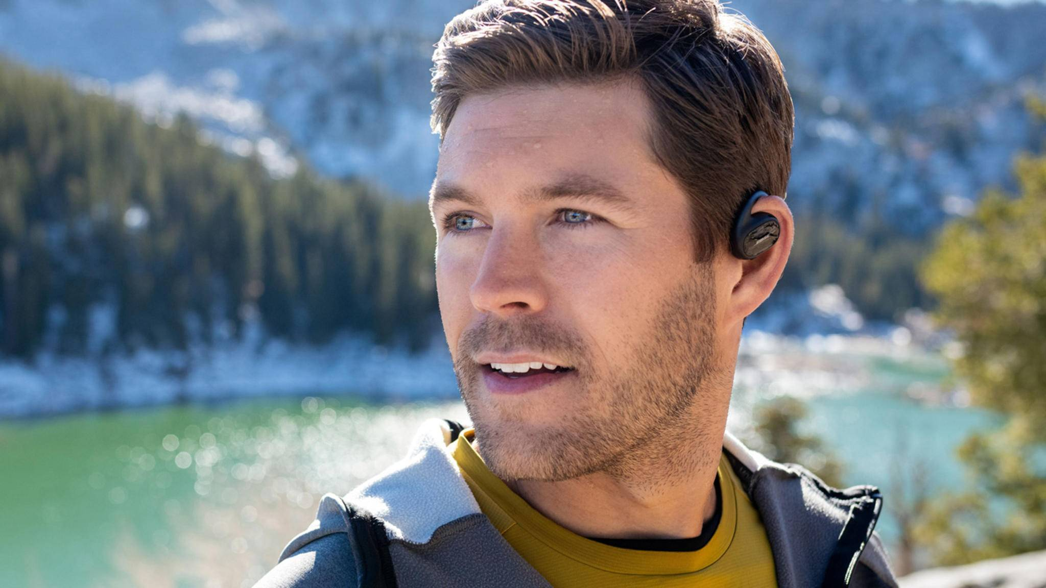 Die Bose Sport Open Earbuds werden nicht im Ohr getragen, sondern direkt darüber.