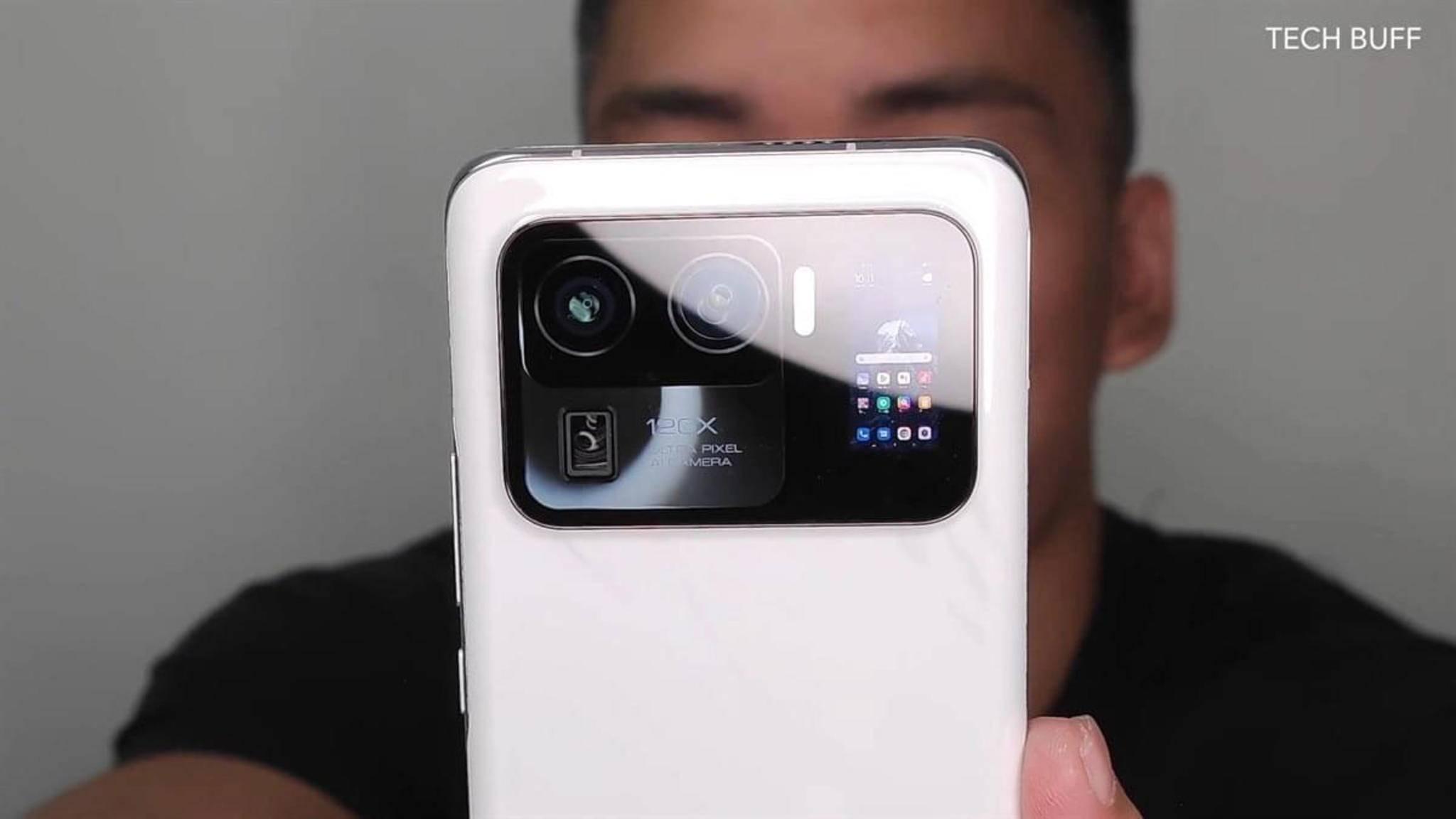 Riesige Kamera, zweiter Screen – davon dürften wohl Selfies profitieren.