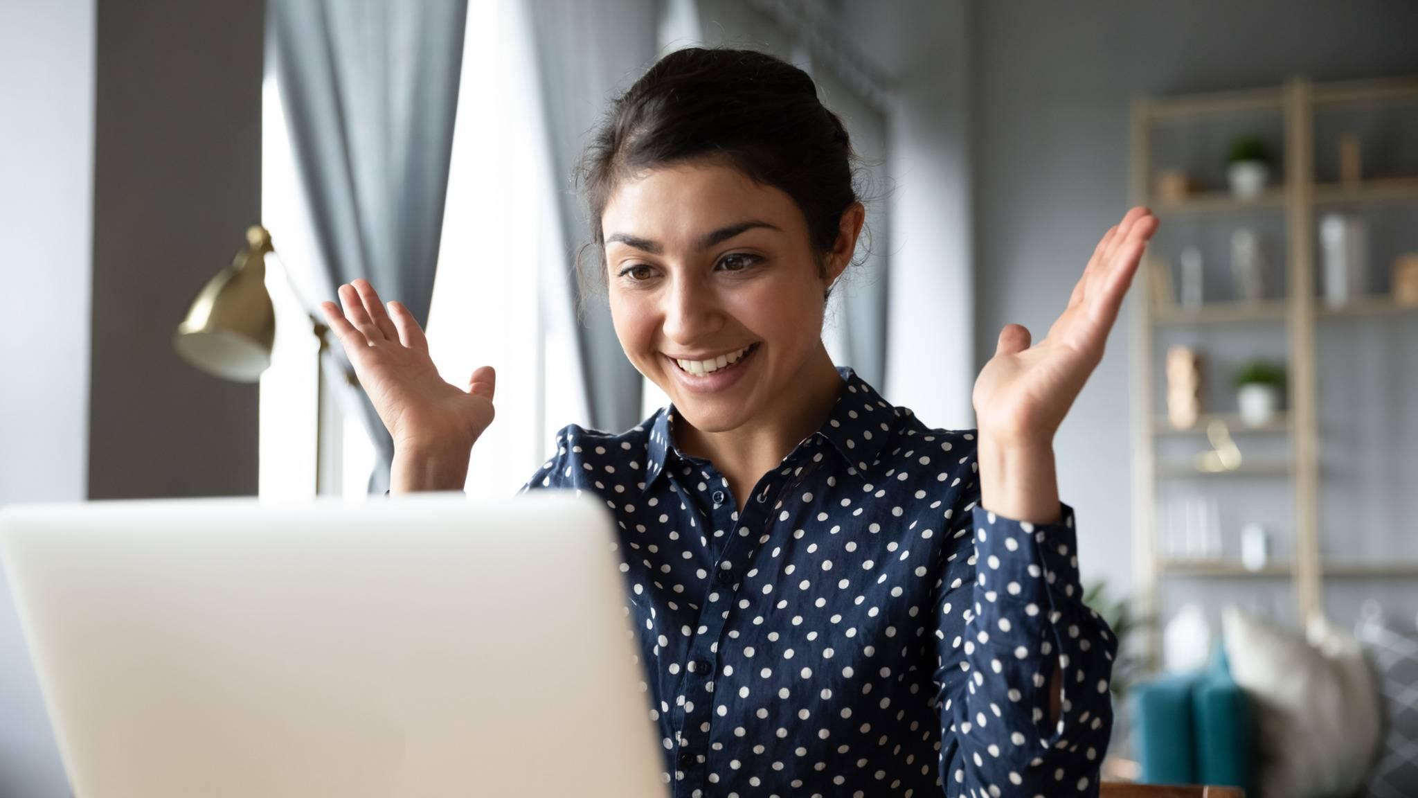 Frau-Computer-Laptop-ueberrascht-erstaunt-erfreut