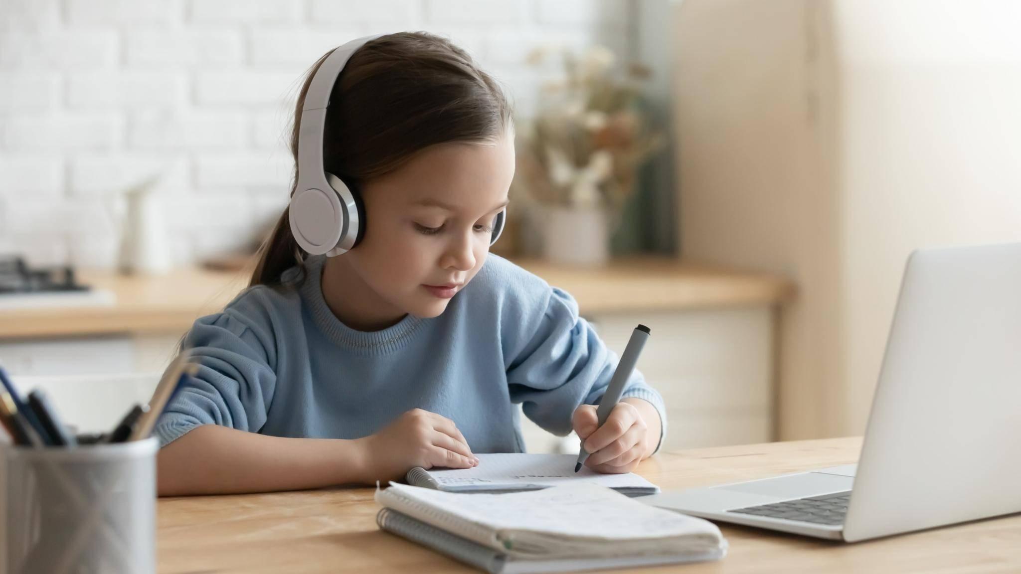 Schülerin lernt zu Hause im Home-Schooling mit Laptop