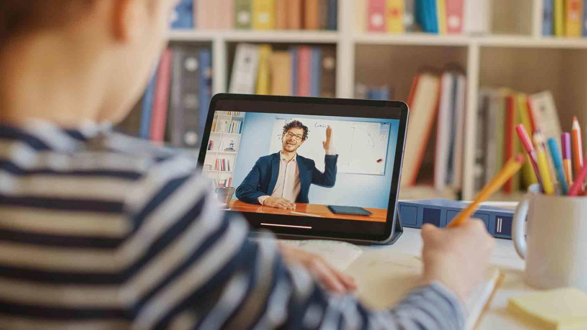 Damit der Unterricht digital stattfinden kann, benötigt man etwa ein Tablet.