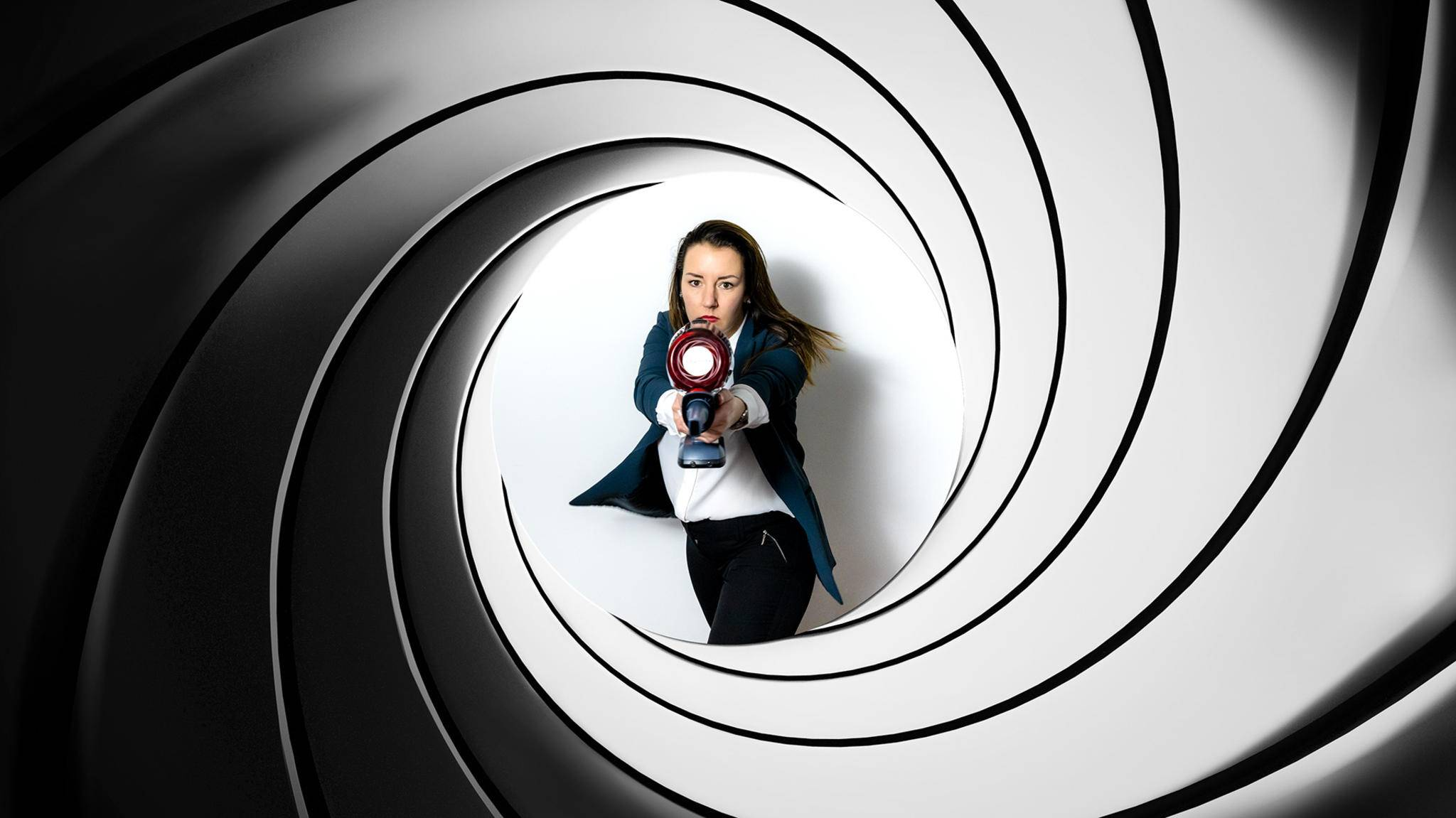 Wer hat mehr zu bieten: James Bond oder der X-Force Flex 11.60? Wir lassen sie gegeneinander antreten.