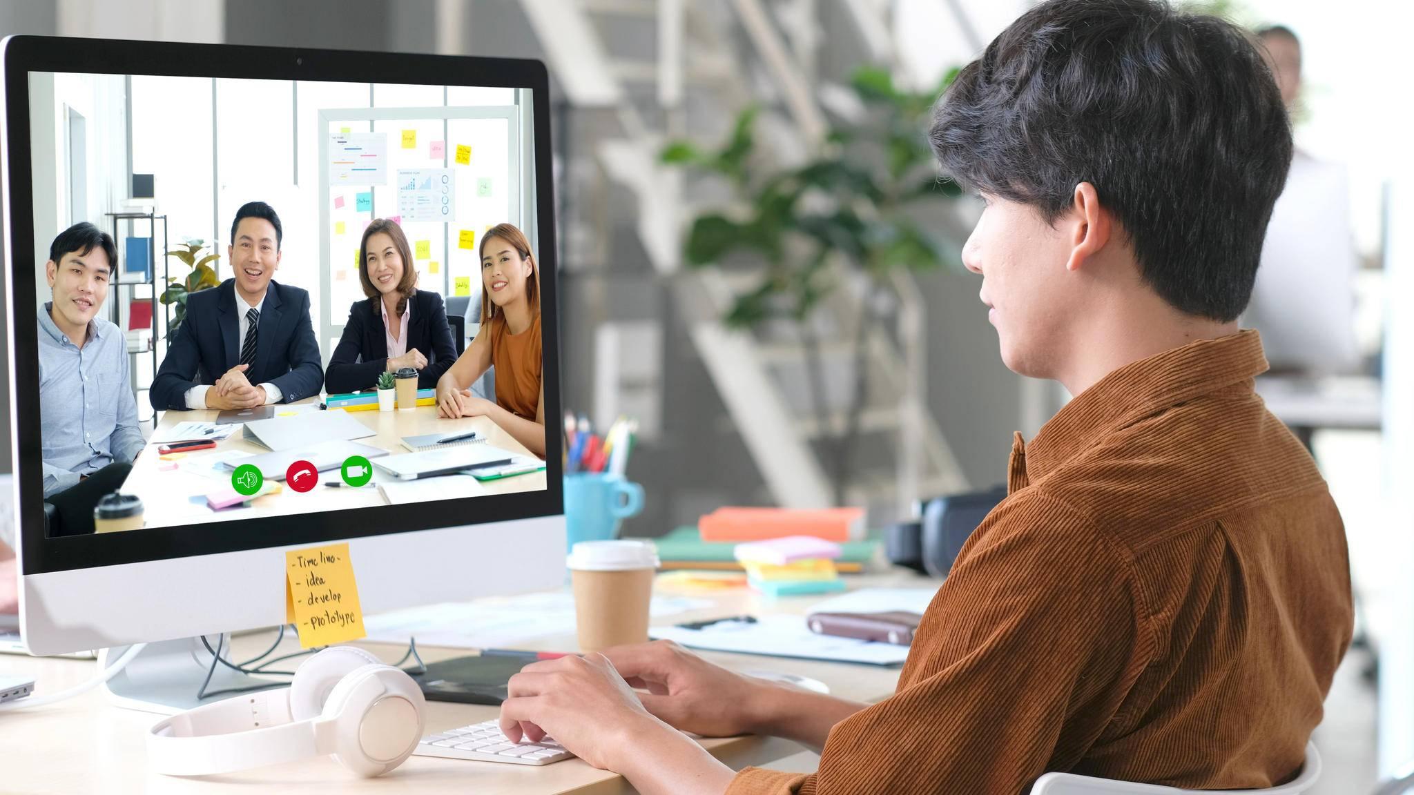 Für das Home-Office bietet sich ein Monitor mit integrierter Webcam an.
