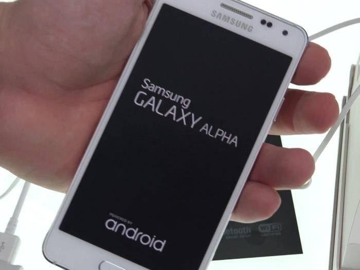 Alex hat das Samsung Galaxy Alpha im Unboxing näher angeschaut.