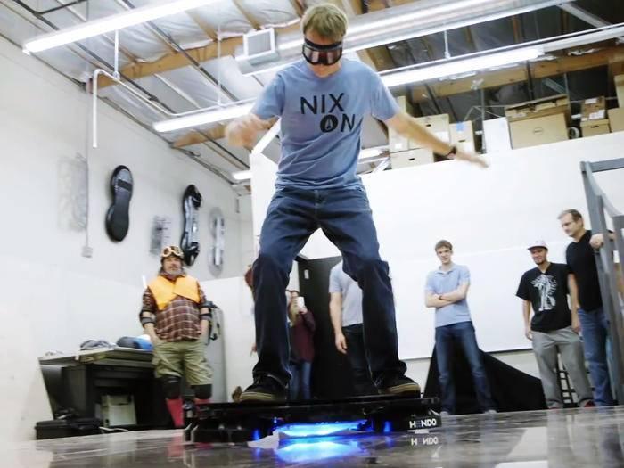 Skater-Legende Tony Hawk unternimmt einen ersten Ausflug auf einem Hoverboard.