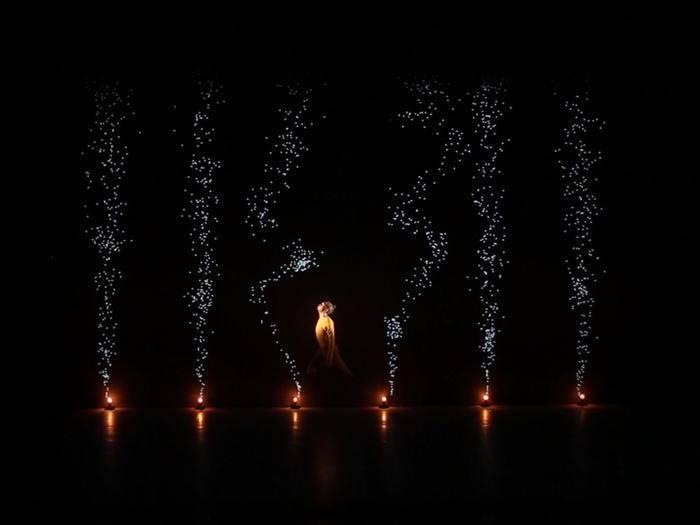 Die französische Gruppe  Adrien M / Claire B tanzt mit Lichtprojektionen.