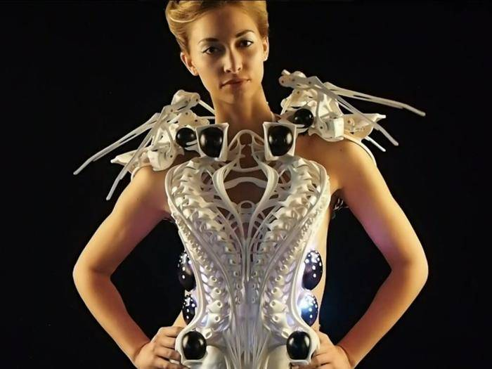 Das Spider Dress besitzt bewegliche Glieder an den Schultern.