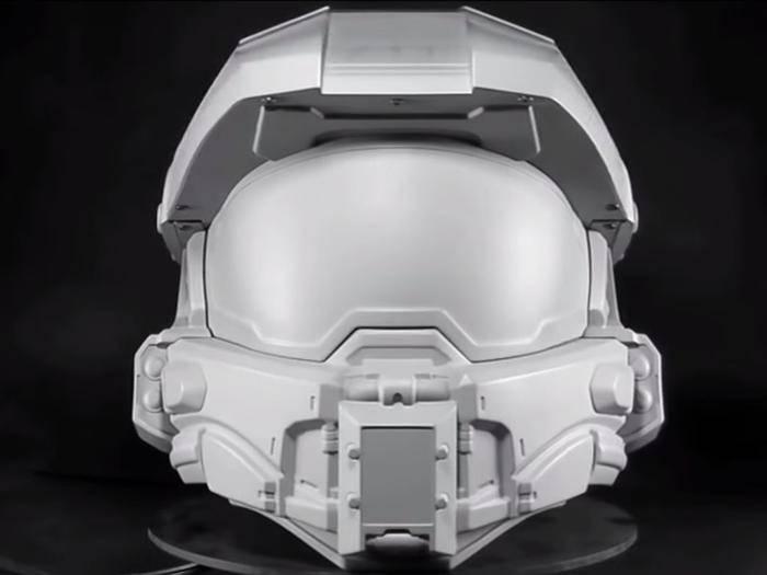 """Noch etwas farblos: Der """"Halo""""-Motorradhelm steht kurz vor der Fertigstellung."""