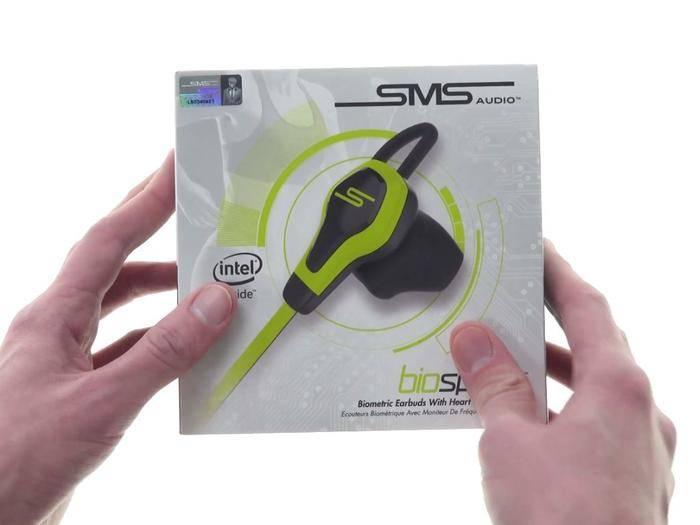 Sportlich, schlau und schick: Die SMS Audio BioSport werden von Alex ausgepackt.