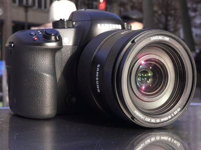 Sie ist robust verbaut und bietet jede Menge Einstellungsmöglichkeiten: Die Samsung NX1.