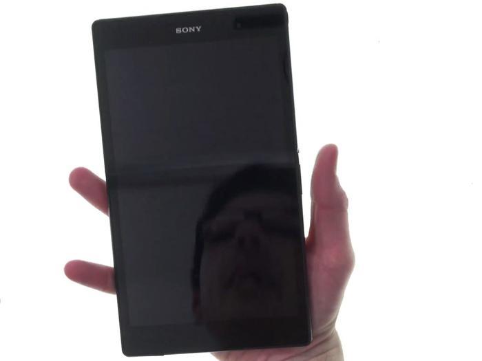 Das Sony Xperia Z3 Tablet Compact hat für Alex' Hände die richtigen Abmessungen.