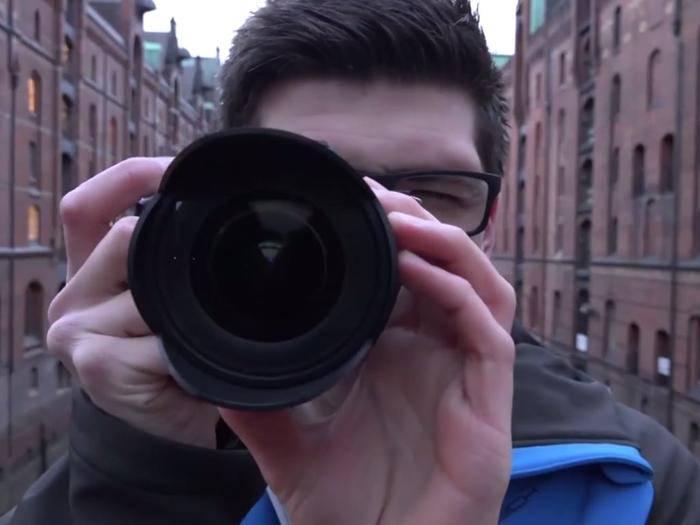 """""""Bitte lächeln!"""" Fotoprofi Alex gefällt die Sony Alpha 7 II ziemlich gut."""