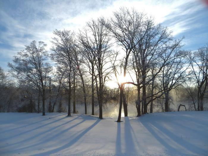 Am Morgen wirft die Sonne lange Schatten.