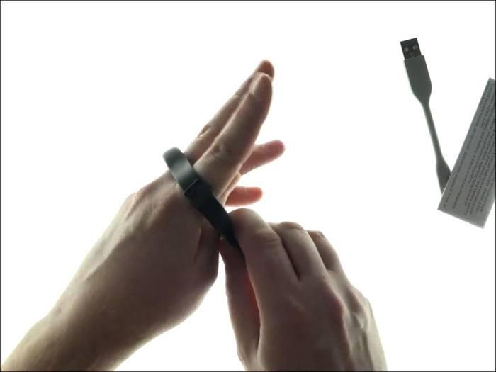 """Das Jawbone-Armband passt auch auf """"komische kleine Hände""""."""