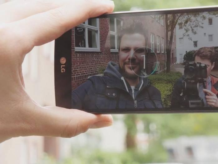Selfies lassen sich einfach per Sprachsteuerung auslösen.